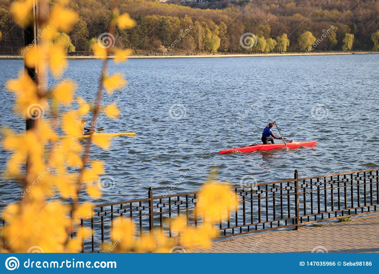 Deux hommes montent un kayak
