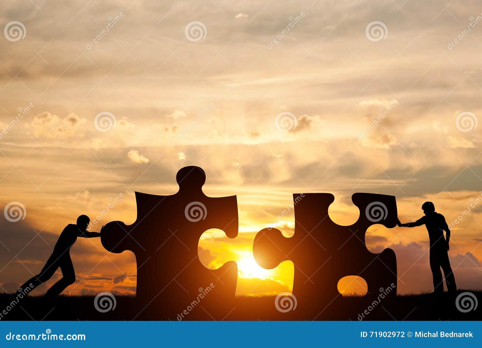Deux hommes relient deux morceaux de puzzle Concept de solution d affaires, résolvant un problème