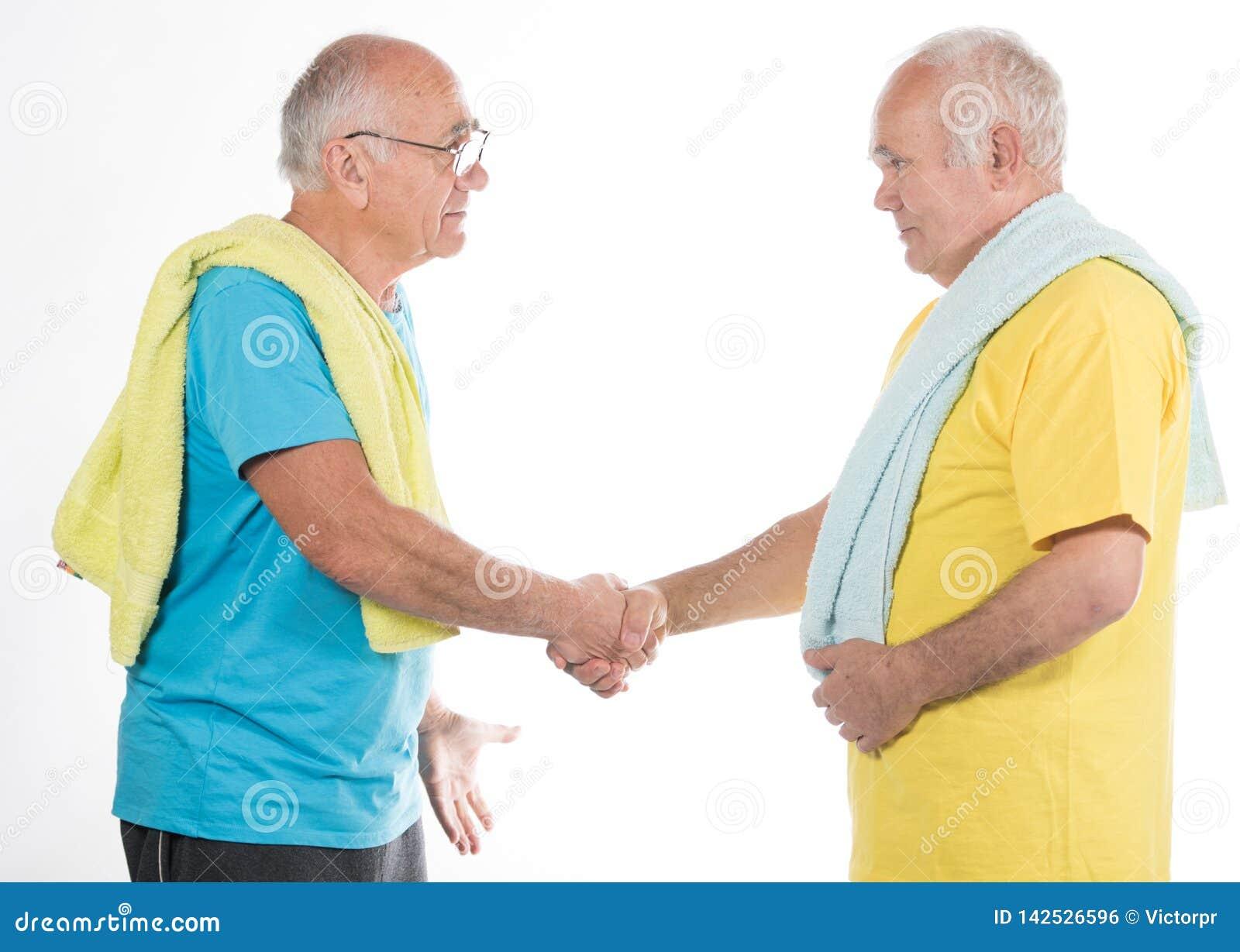 Deux hommes supérieurs faisant le sport
