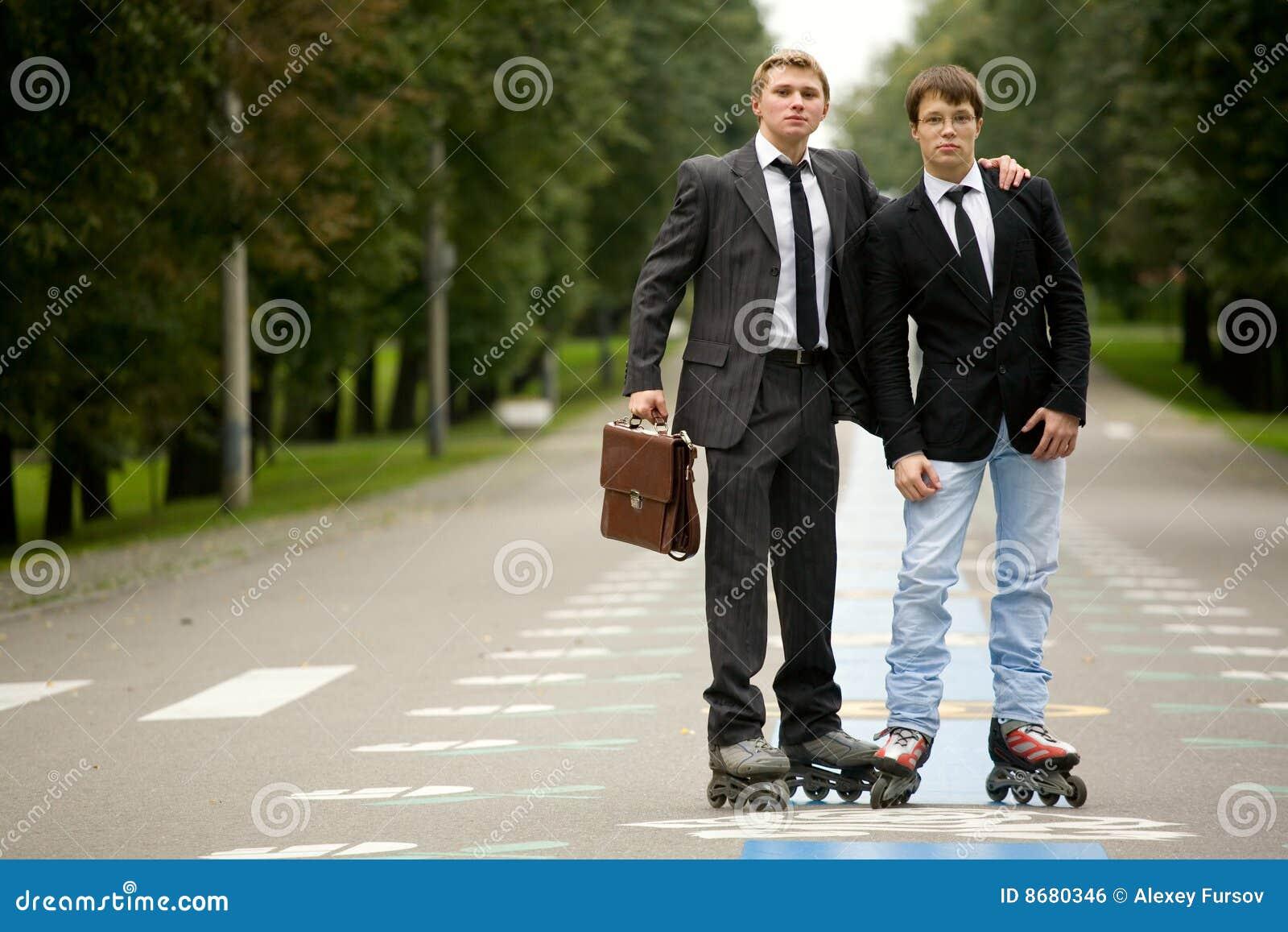 Deux hommes sur la route avec des Rollerblades