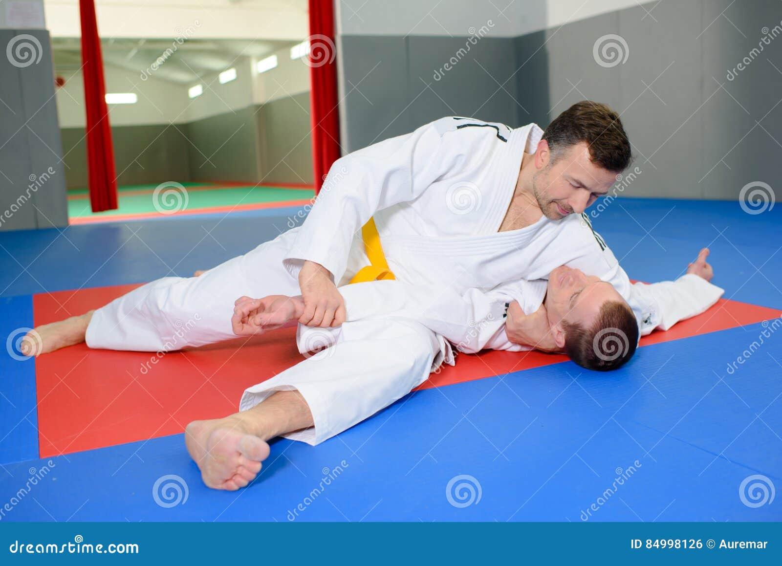 deux hommes sur le tapis de judo photo stock image du loquet pose 84998126. Black Bedroom Furniture Sets. Home Design Ideas
