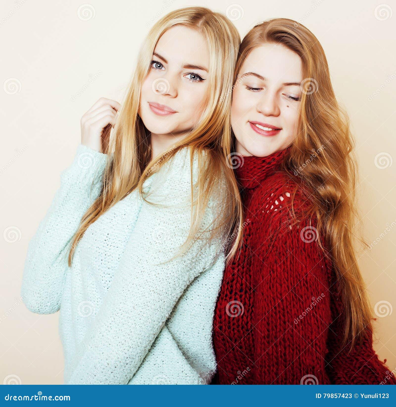 Deux jeunes amies dans des chandails d hiver ayant à l intérieur l amusement Lif
