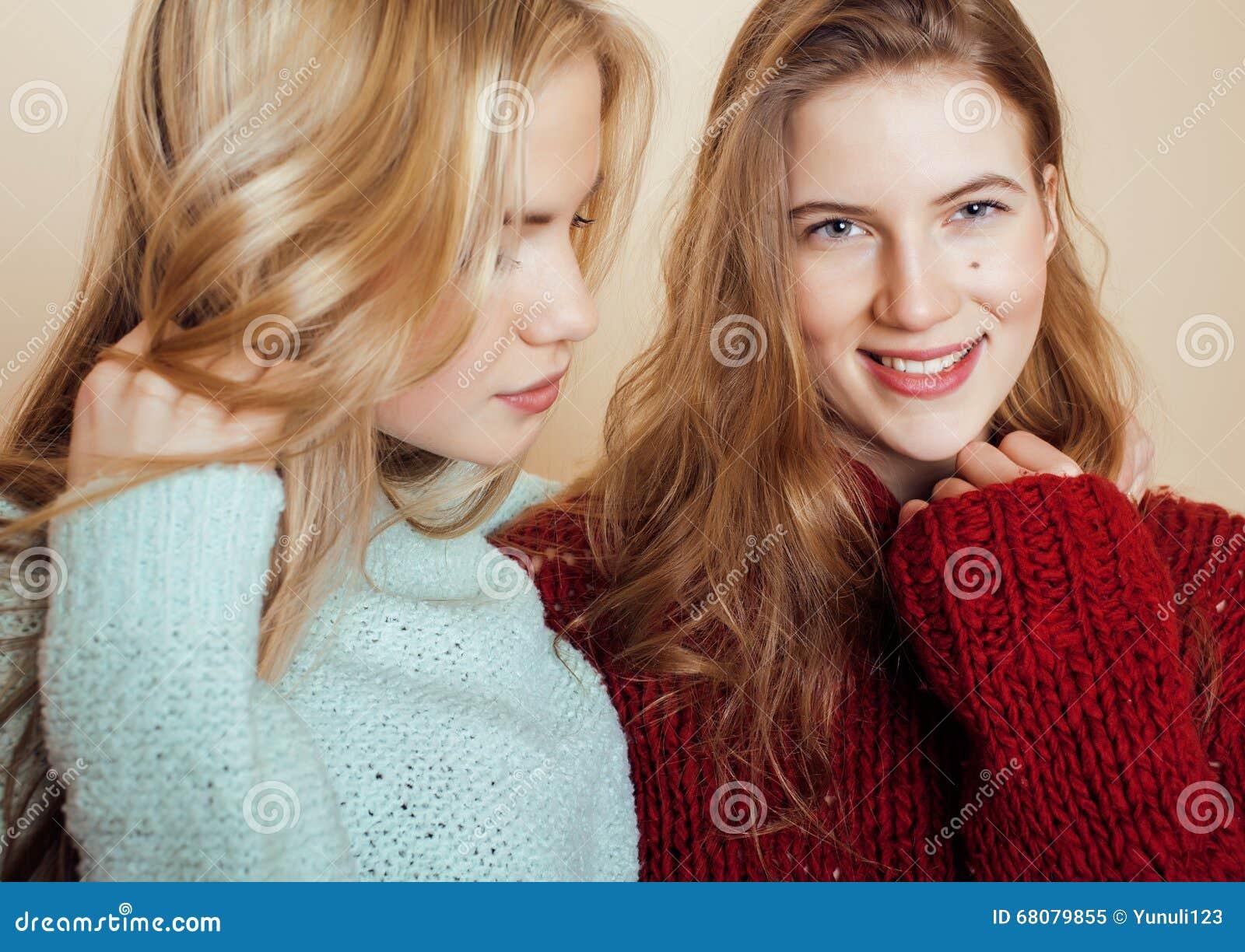 Deux jeunes amies dans des chandails d hiver ayant à l intérieur l amusement lifestyle Haut étroit d amis de l adolescence blonds