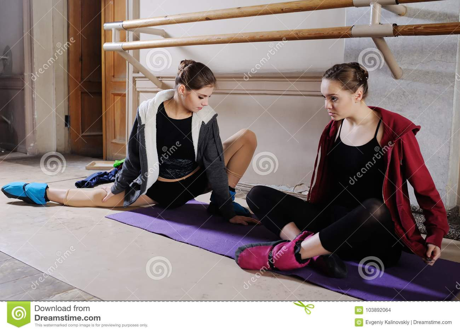 Deux jeunes ballerines mignonnes font l étirage avant la formation ou la répétition