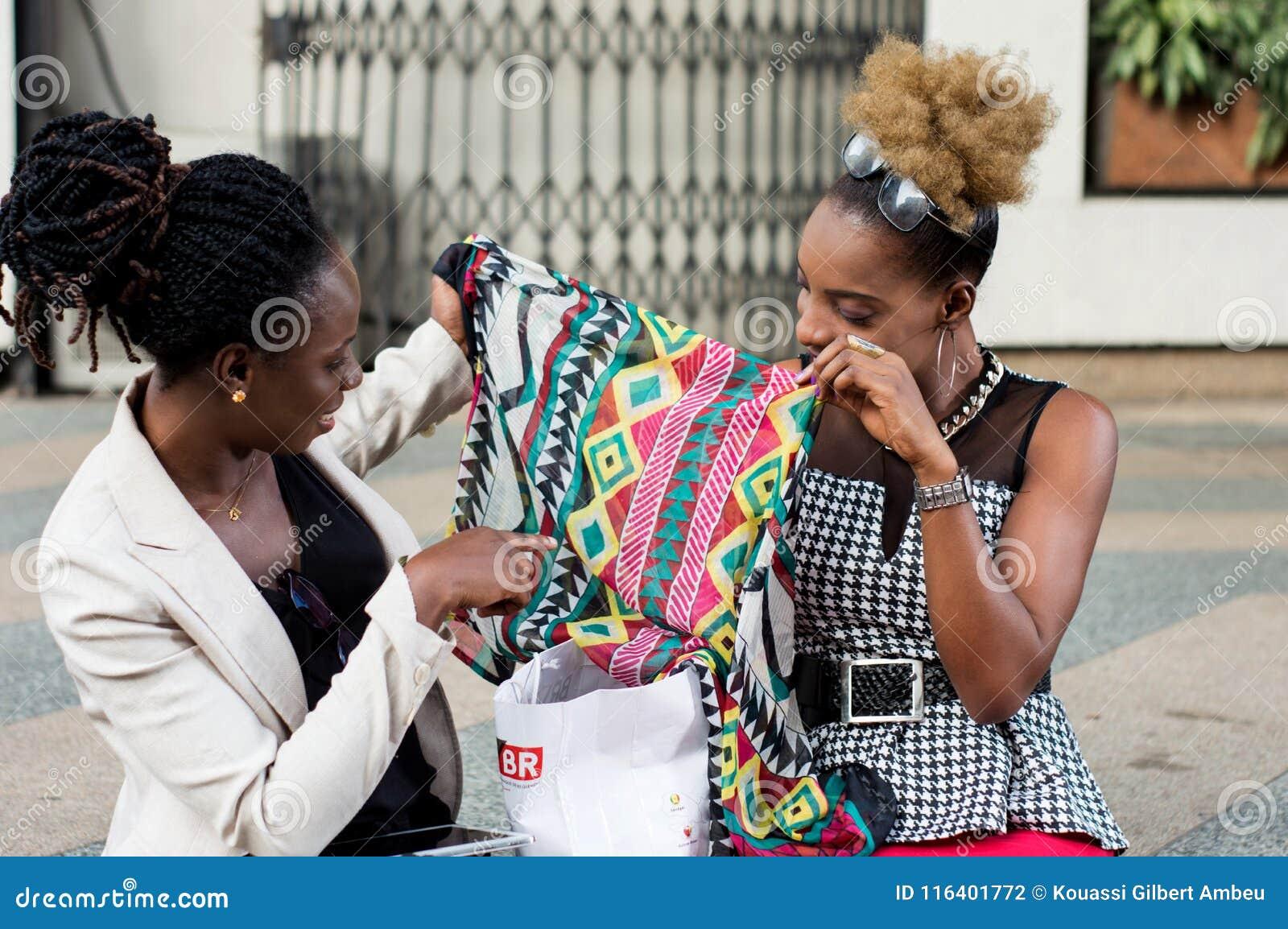 Deux jeunes femmes d affaires tenant une écharpe