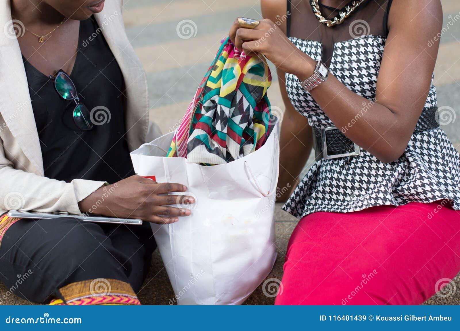 Deux jeunes femmes s asseyant avec leur panier