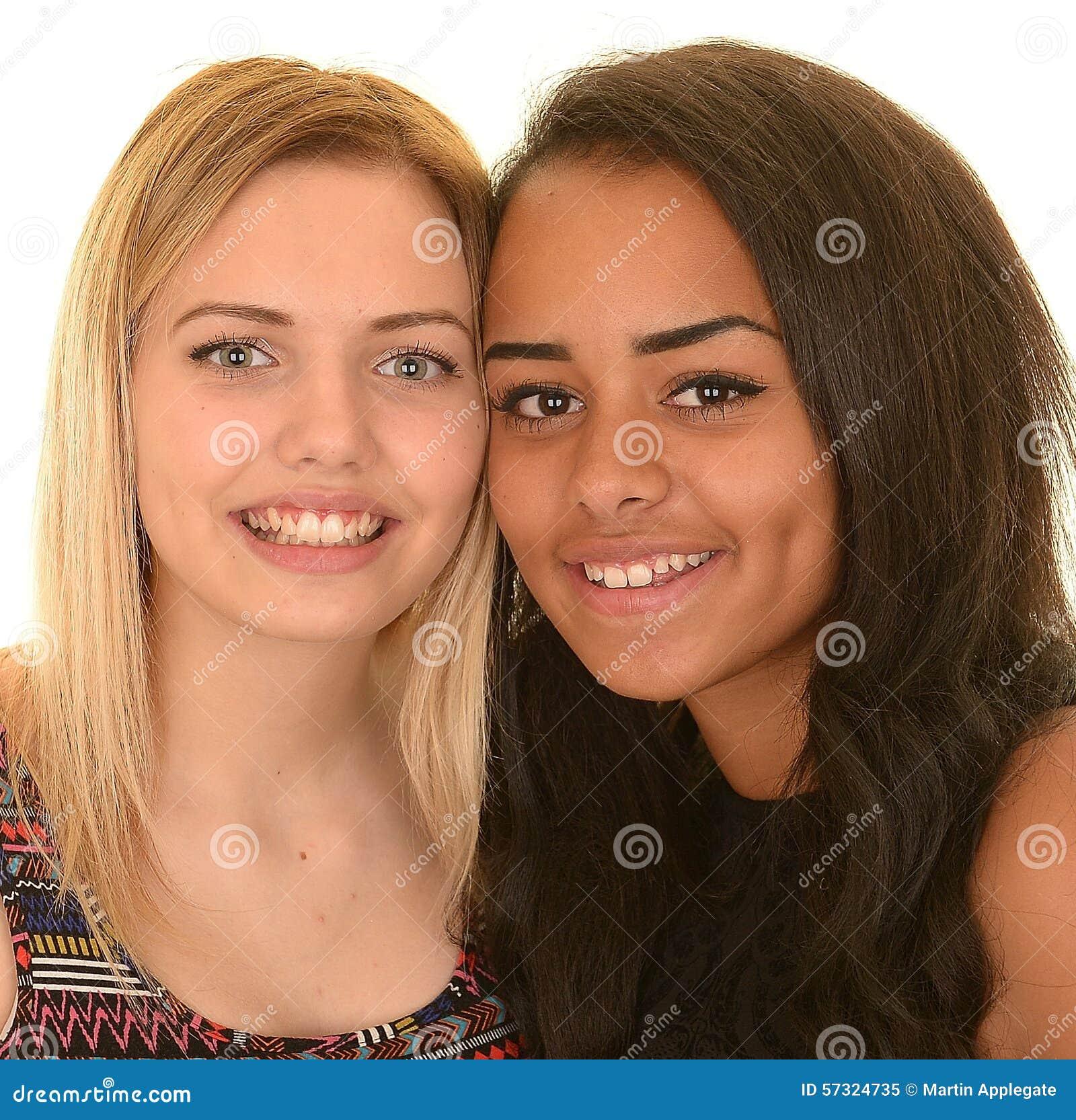 Deux jeunes filles heureuses