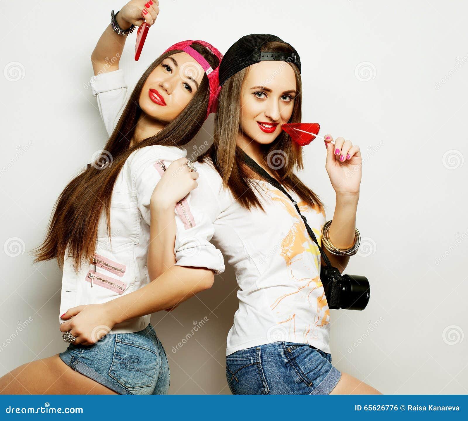 Deux jeunes jolies filles de hippie