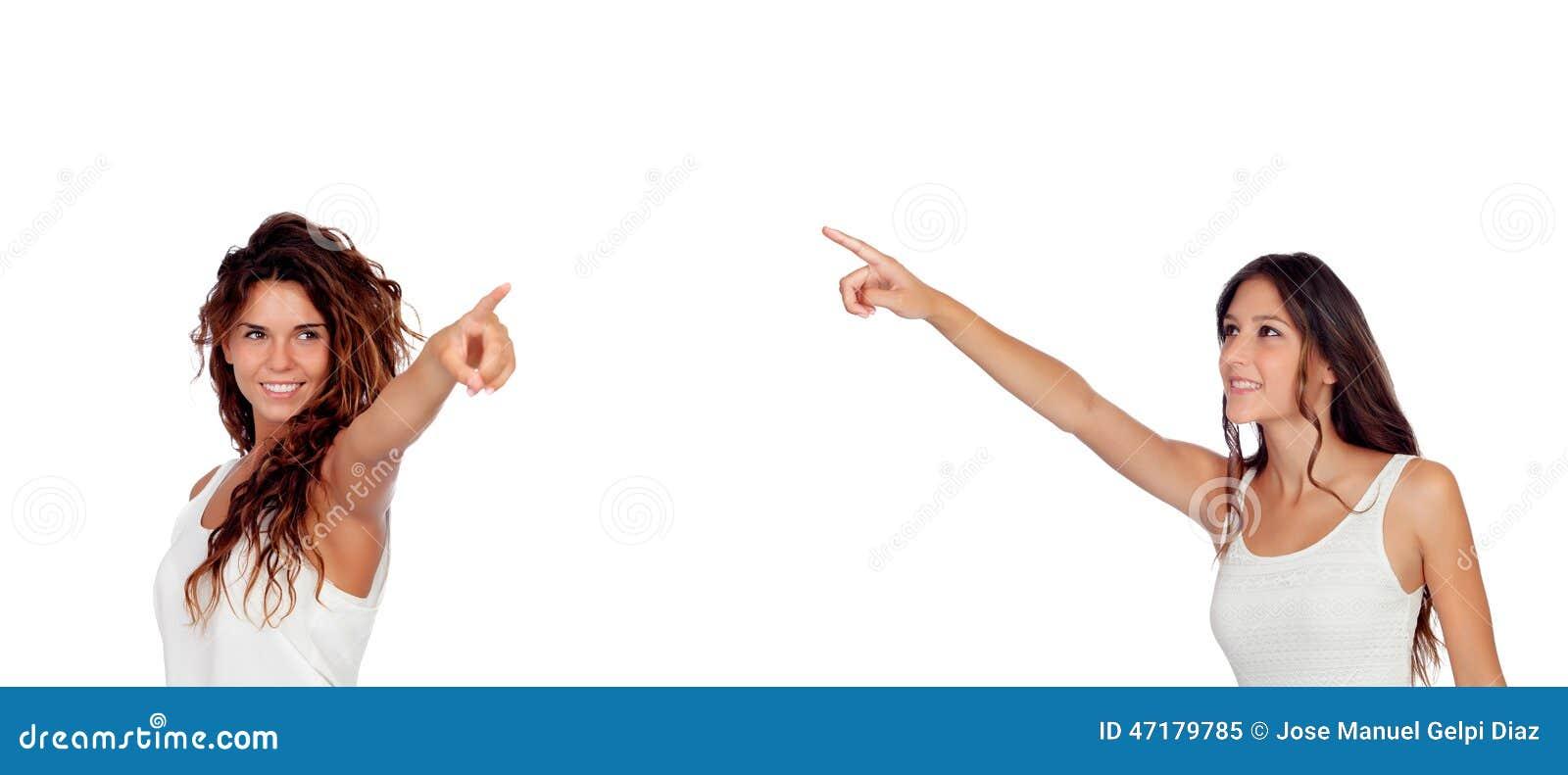 Deux jeunes jolies filles indiquant quelque chose