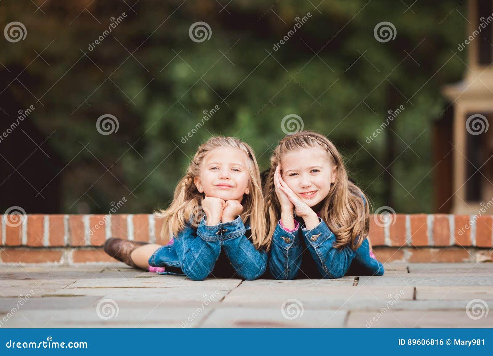 Deux jeunes soeurs caucasiennes