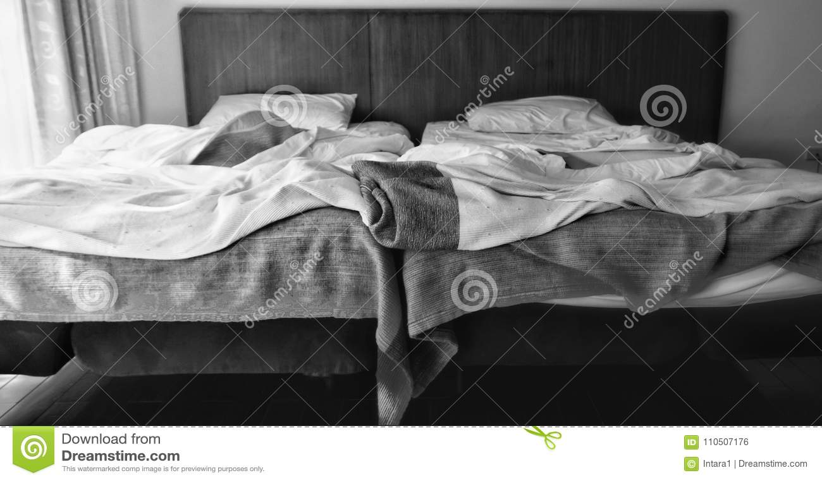 Deux lits adjacents en noir et blanc avec la force légère différente