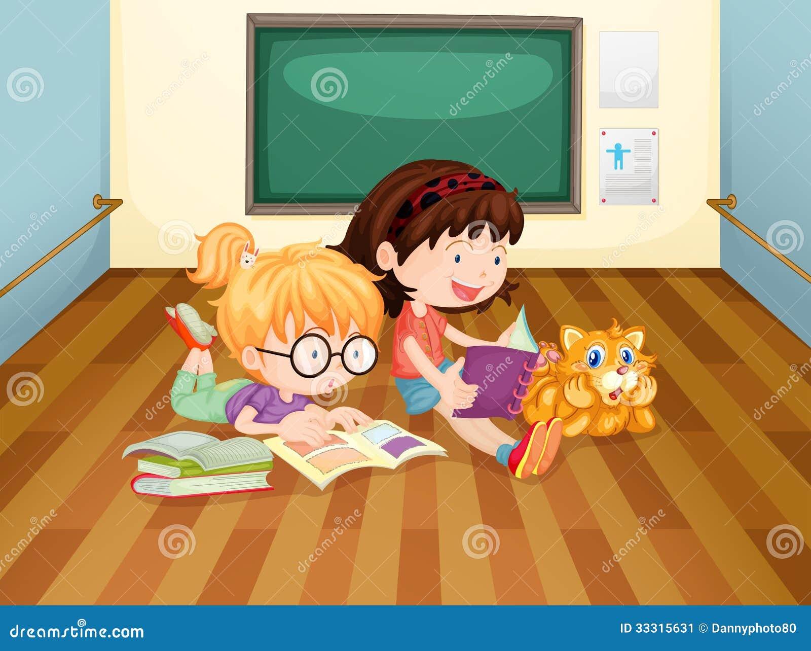 Deux livres de lecture de filles à l intérieur d une salle
