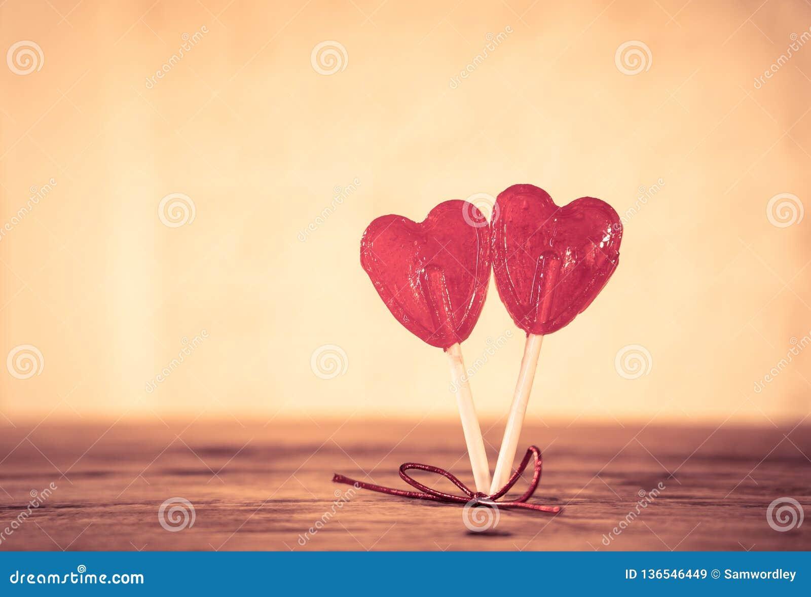 Deux lucettes en forme de coeur rouges comme métaphore concept de l amour, de l unité et de valentines de jour