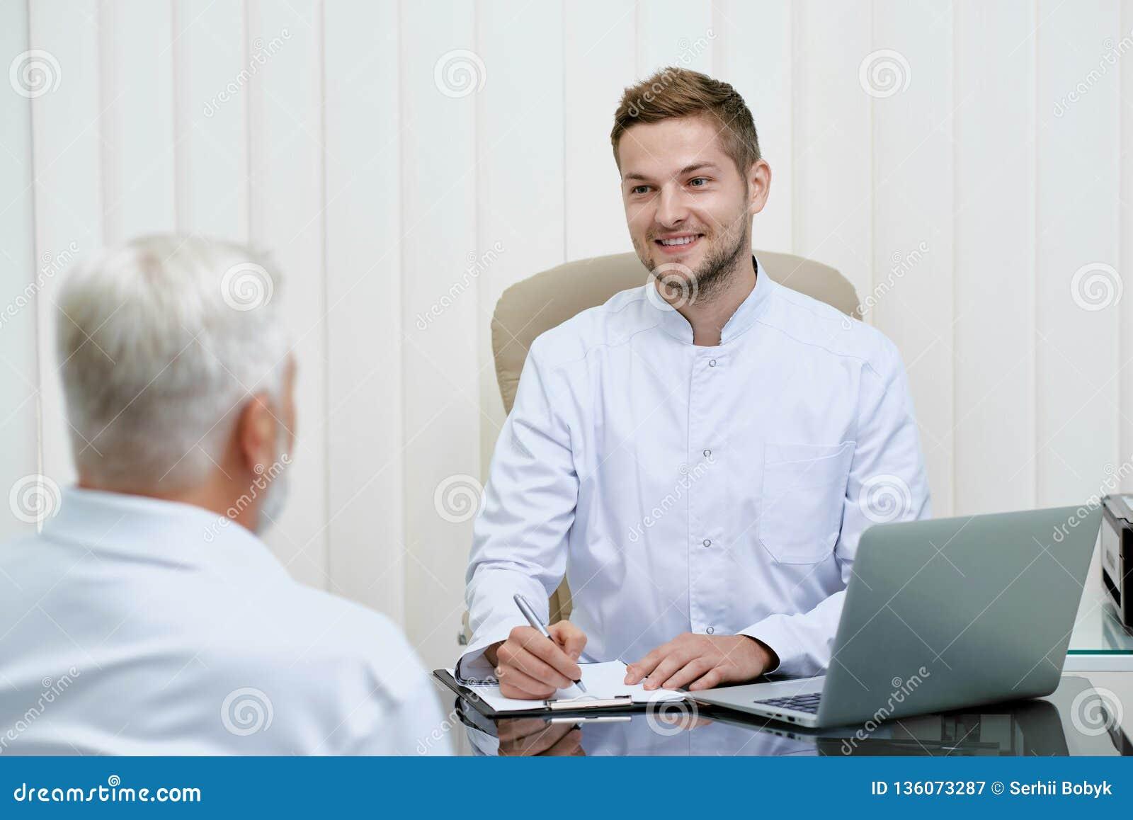 Deux médecins parlant et discuter le traitement
