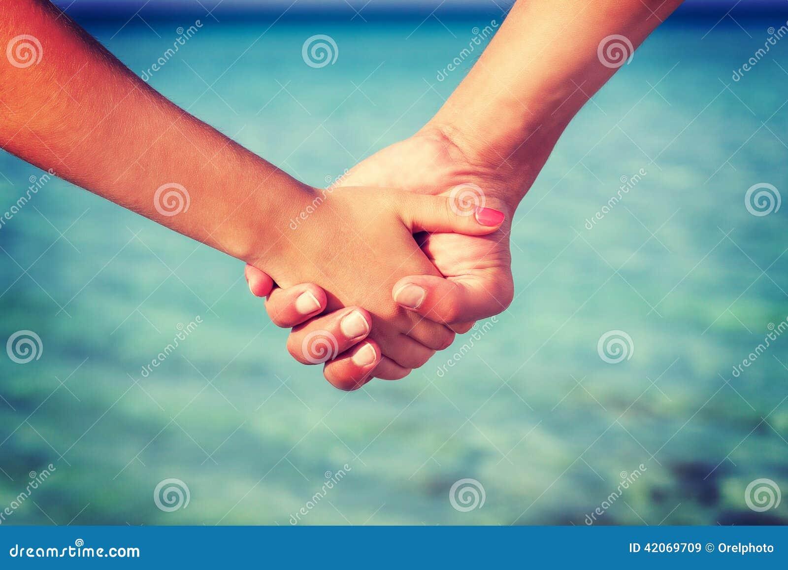 Deux mains des personnes