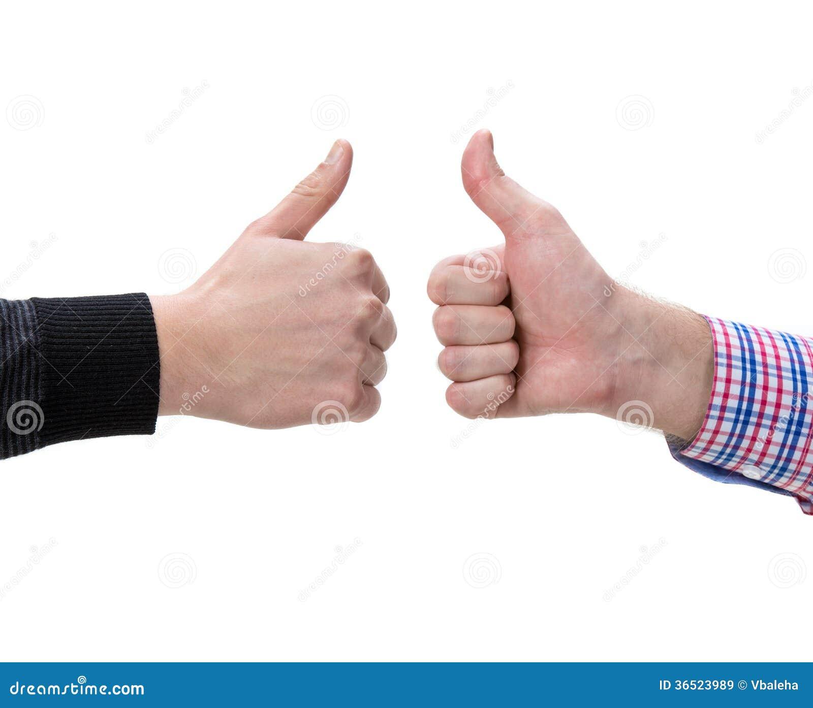 Deux mains masculines montrant des pouces lèvent le signe