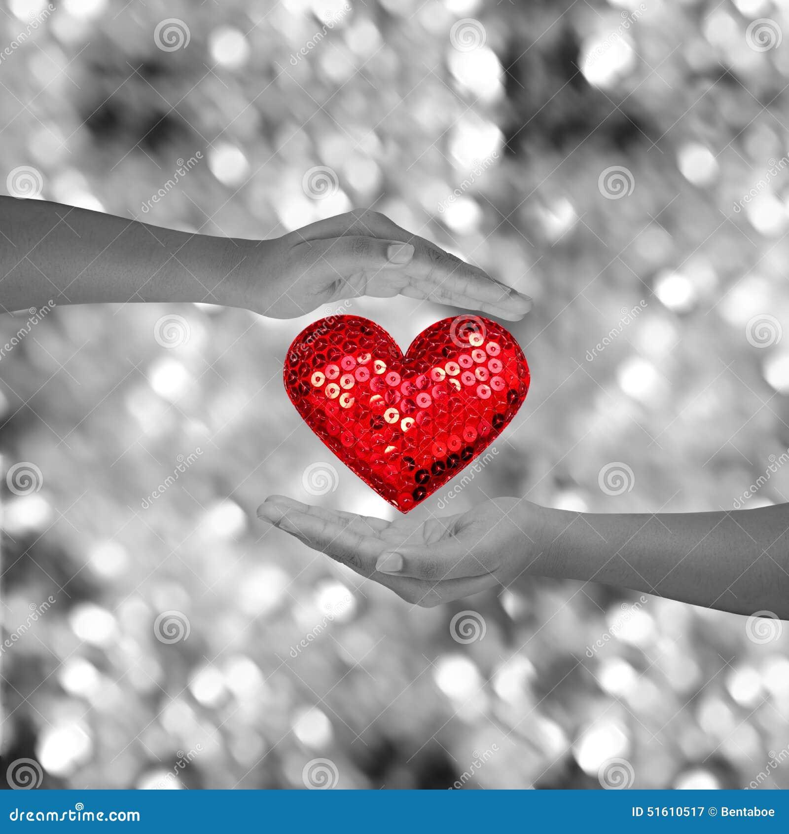 deux mains tenant le shap rouge de coeur sur le bokeh noir et blanc photo stock image 51610517. Black Bedroom Furniture Sets. Home Design Ideas