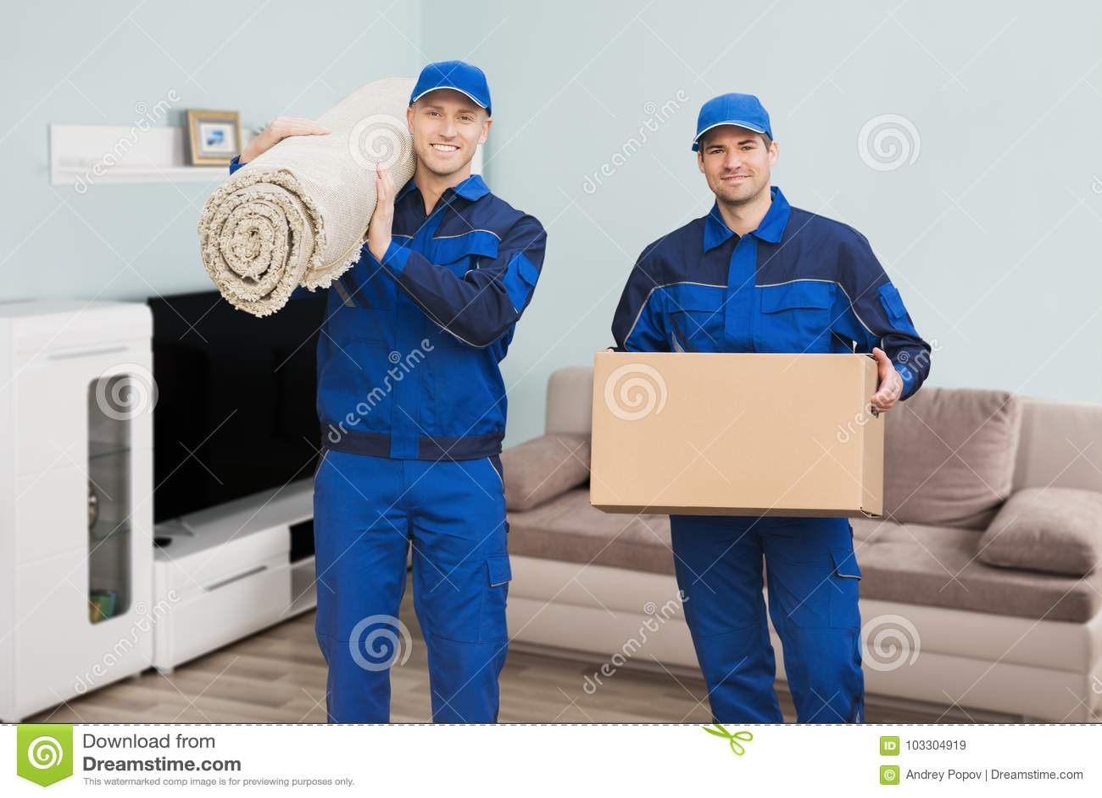 Deux moteurs masculins se tenant dans la Chambre