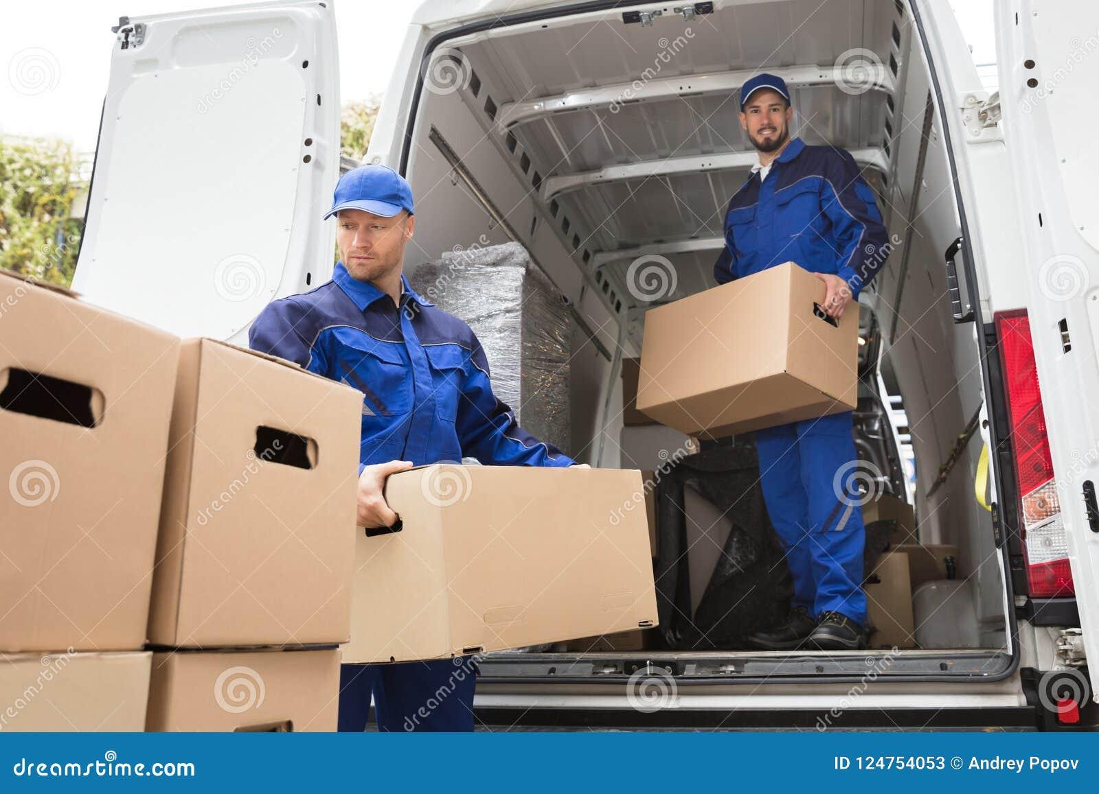 Deux moteurs portant la boîte en carton