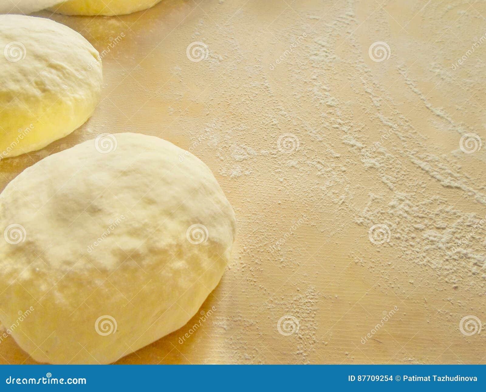 Deux pâte et farine sur un conseil en bois