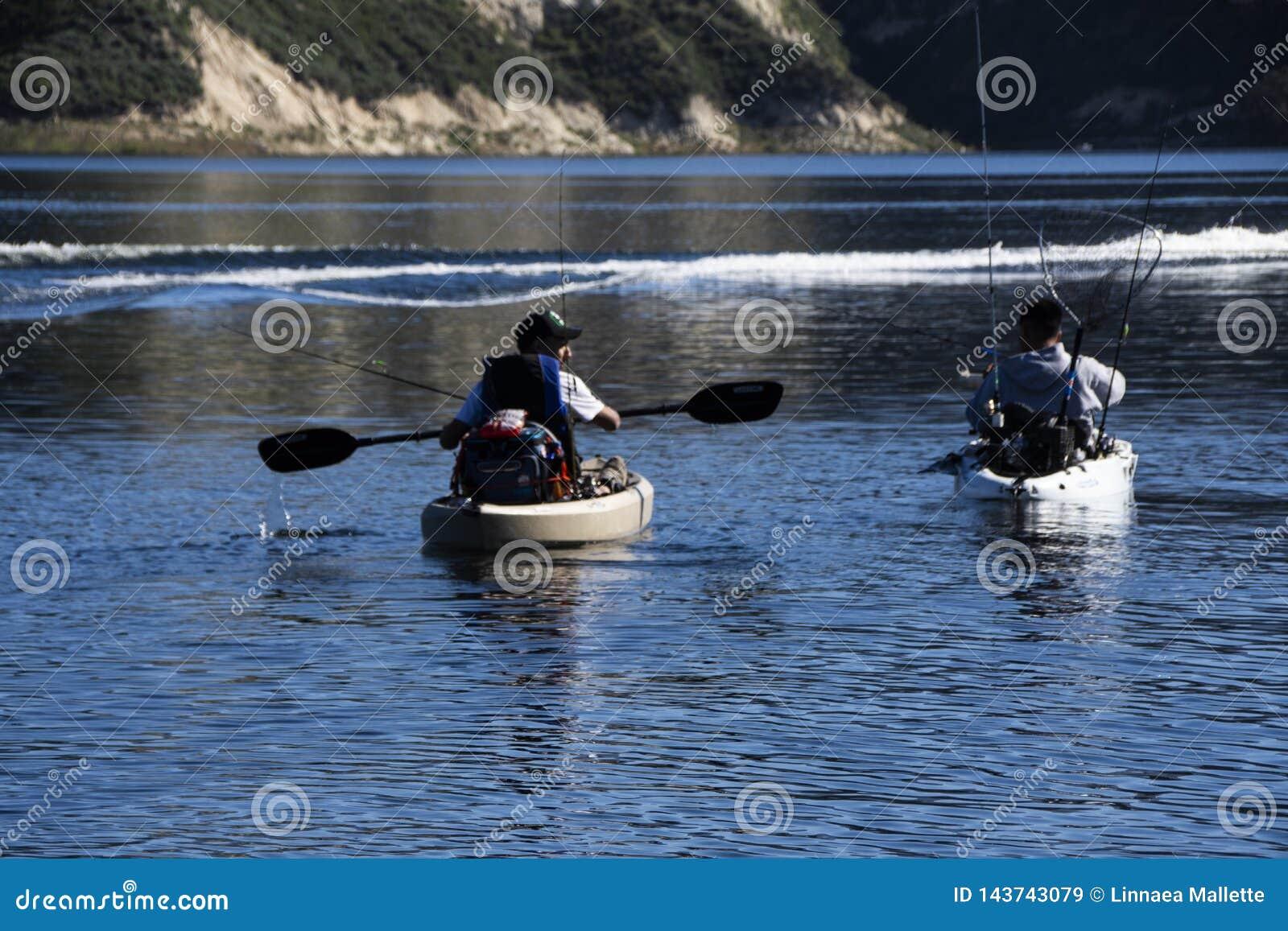 Deux pêcheurs à la ligne dans des kayaks à pêcher au lac Cachuma, Santa Barbara County