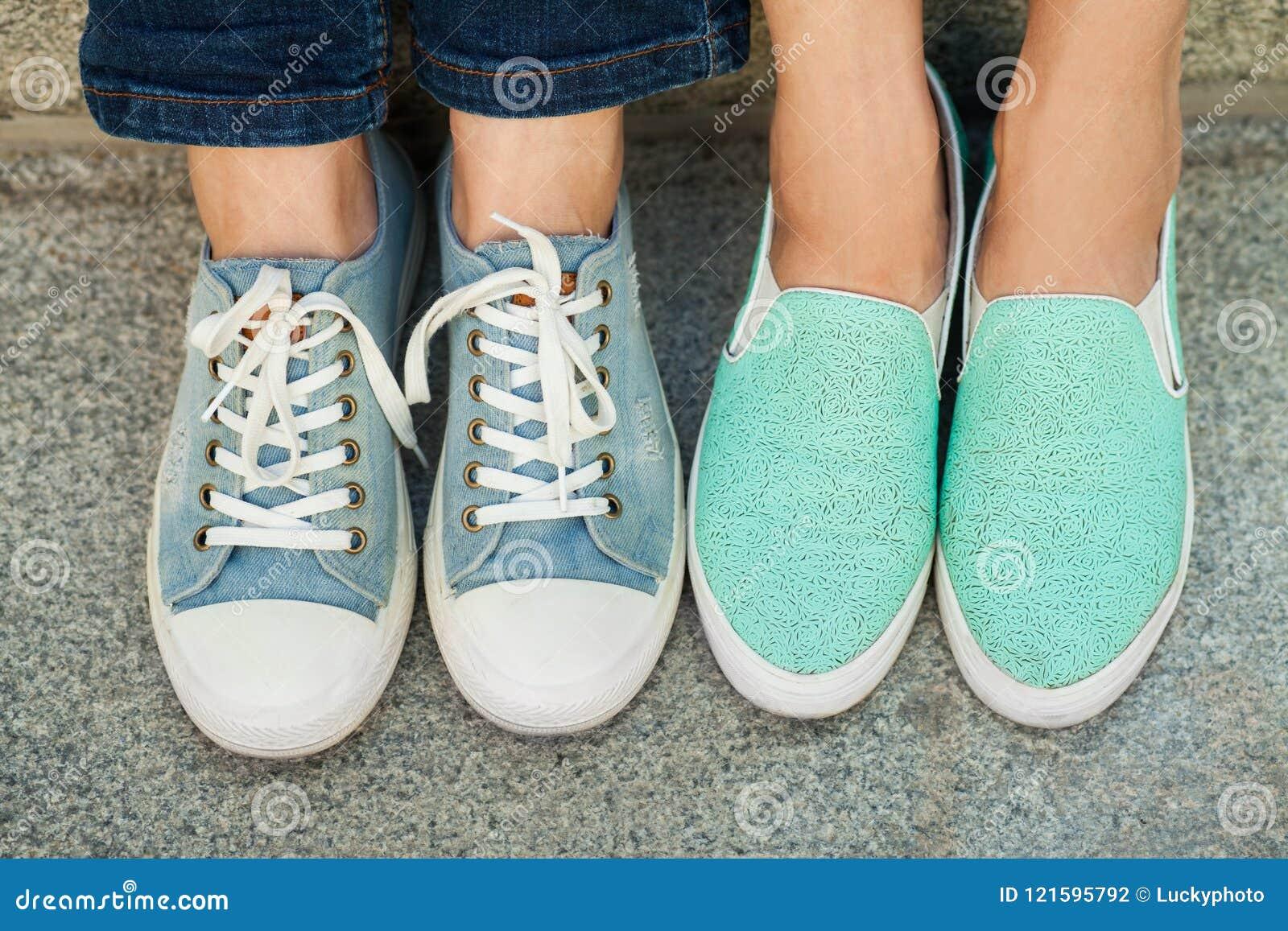 Deux paires de pieds du ` s de fille dans des espadrilles