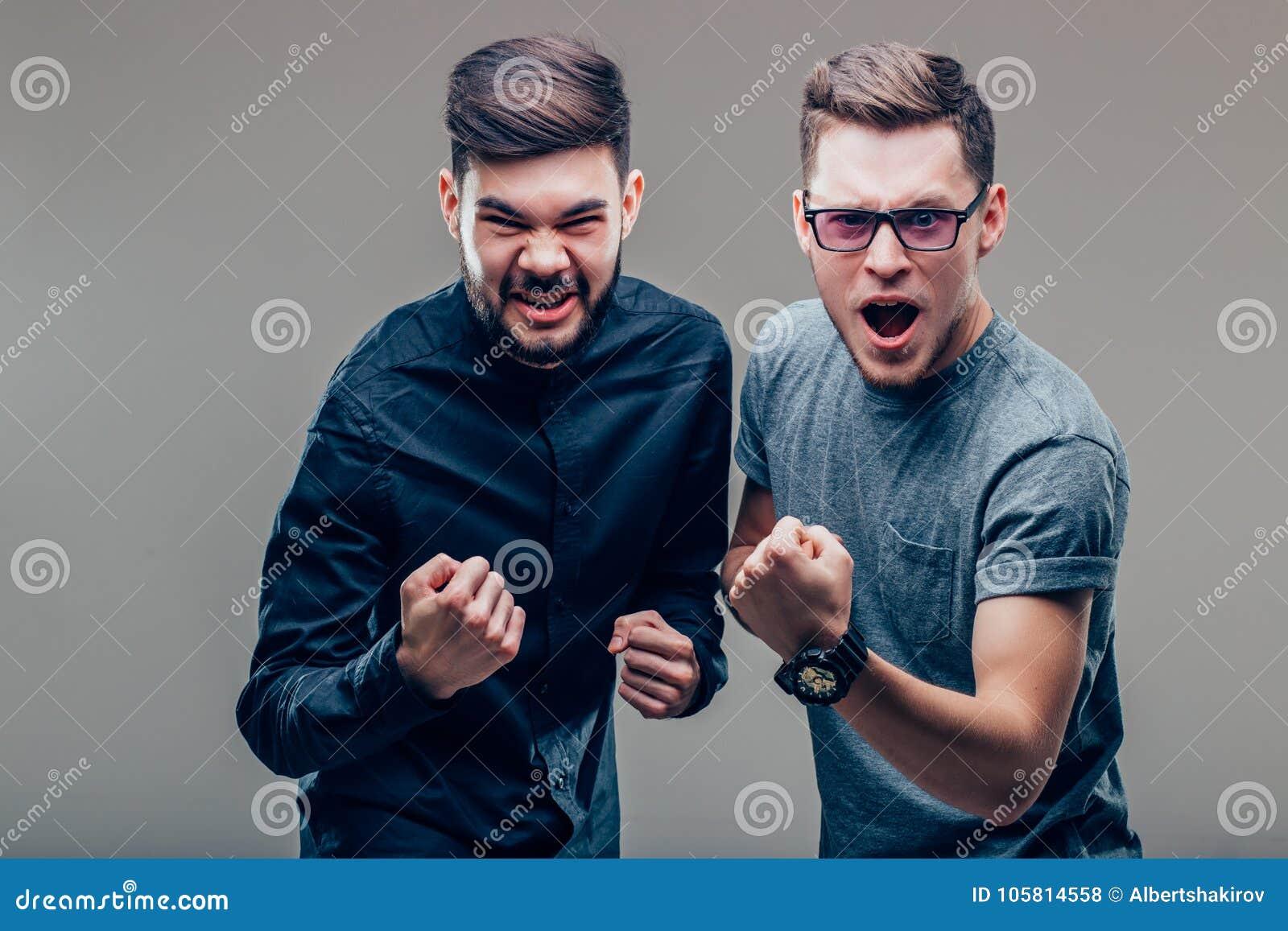 Deux personnes caucasiennes équipent exprimer leur excitation et plaisir en criant oui