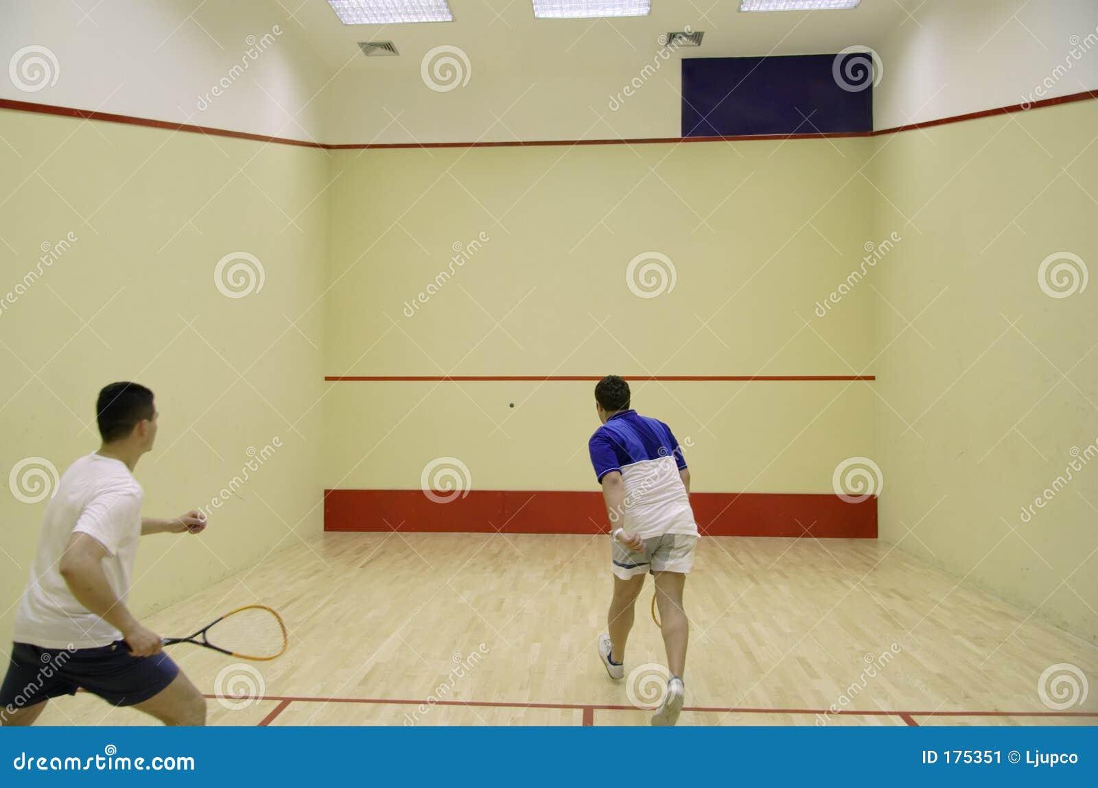 Deux personnes jouant au squash