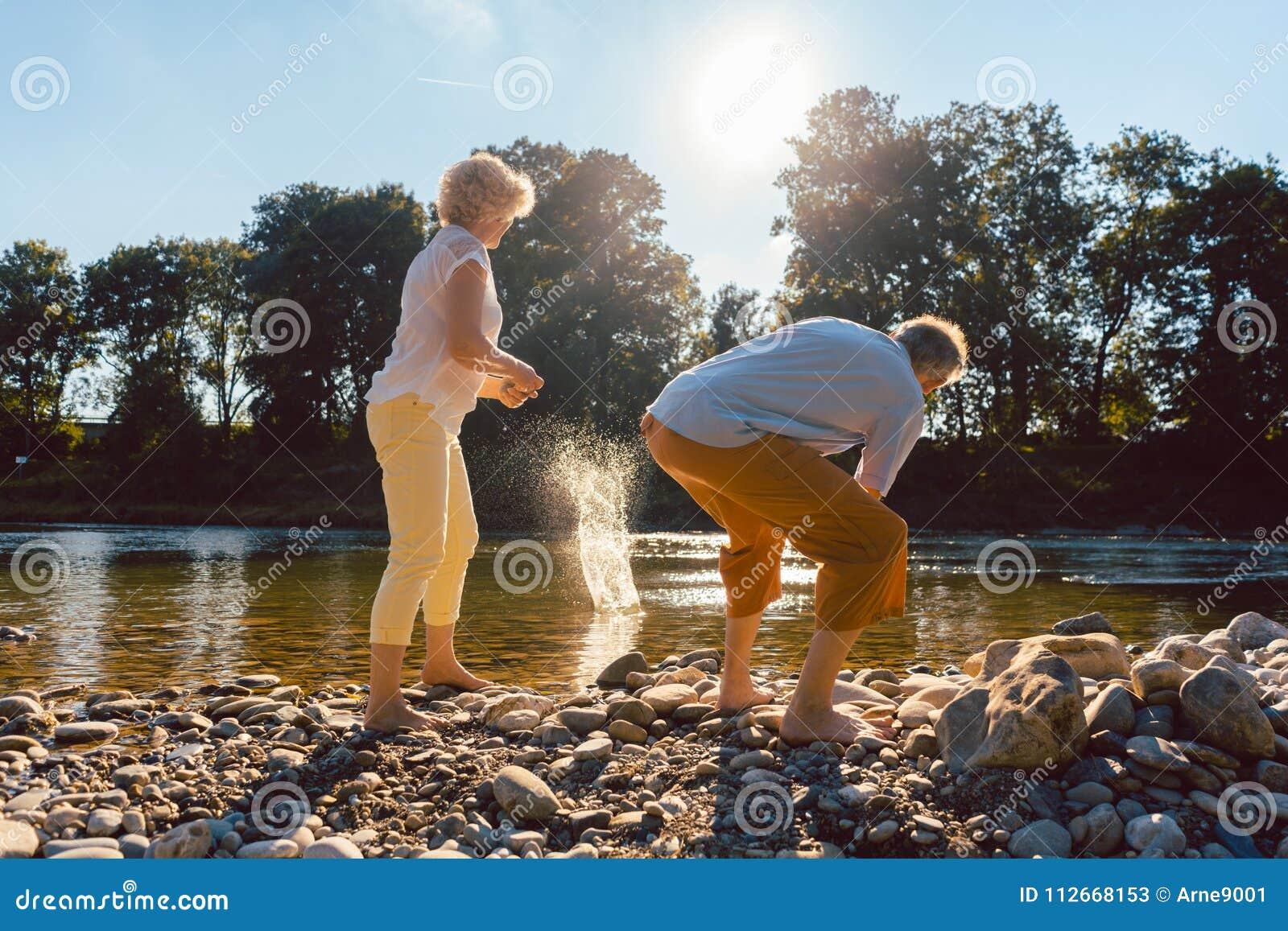 Deux personnes supérieures appréciant la retraite et la simplicité
