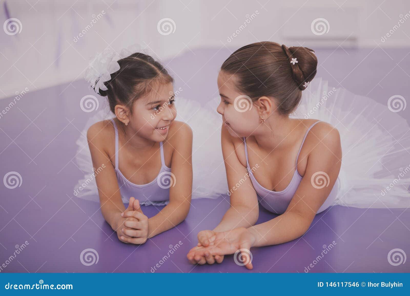 Deux petites ballerines parlant apr?s le?on de danse