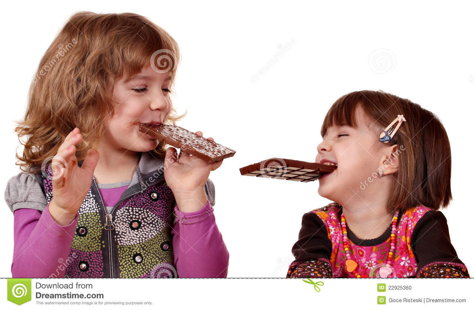 Deux petites filles mangeant du chocolat