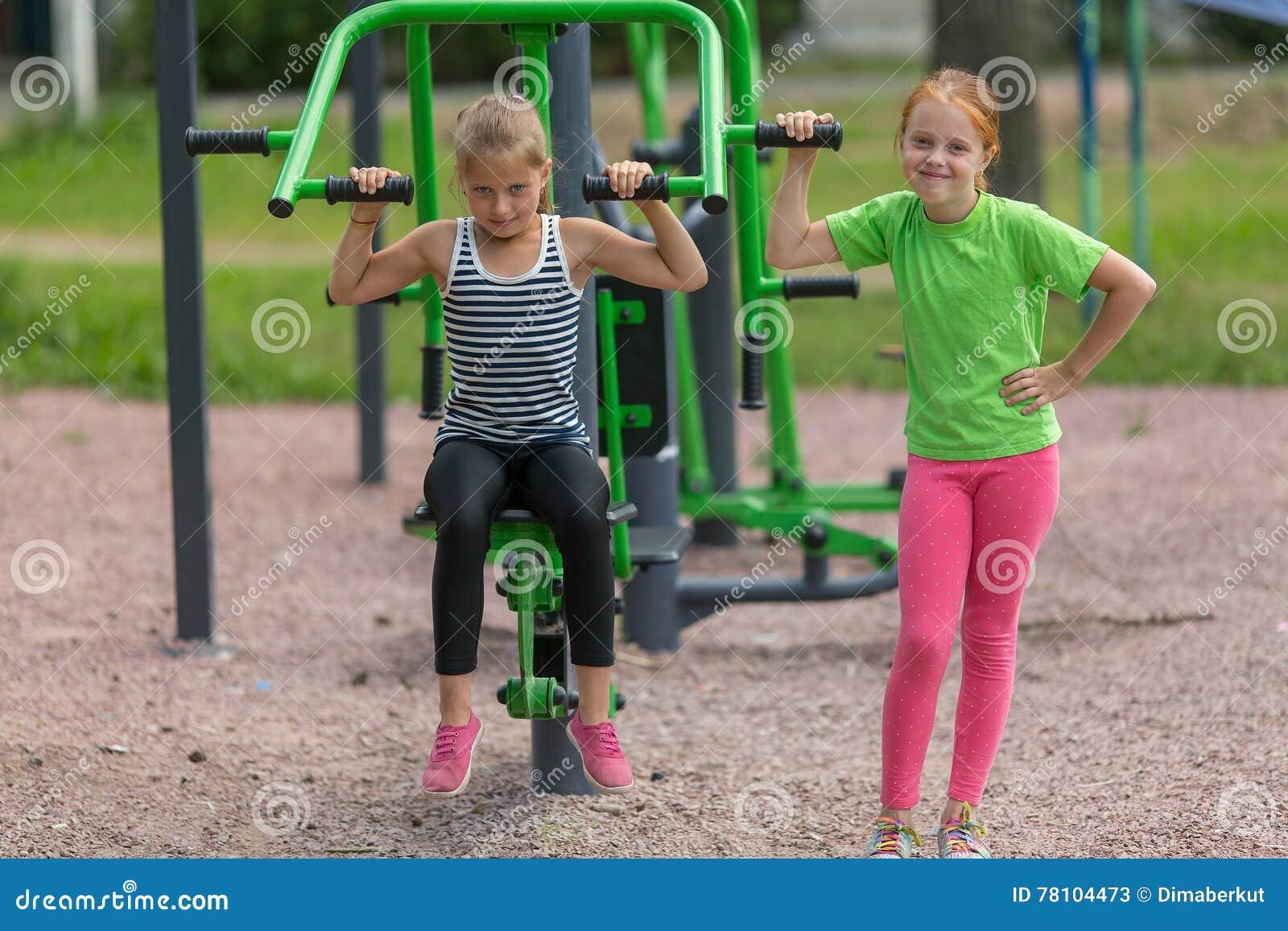 Deux petites filles mignonnes est engagées dans l équipement de forme physique