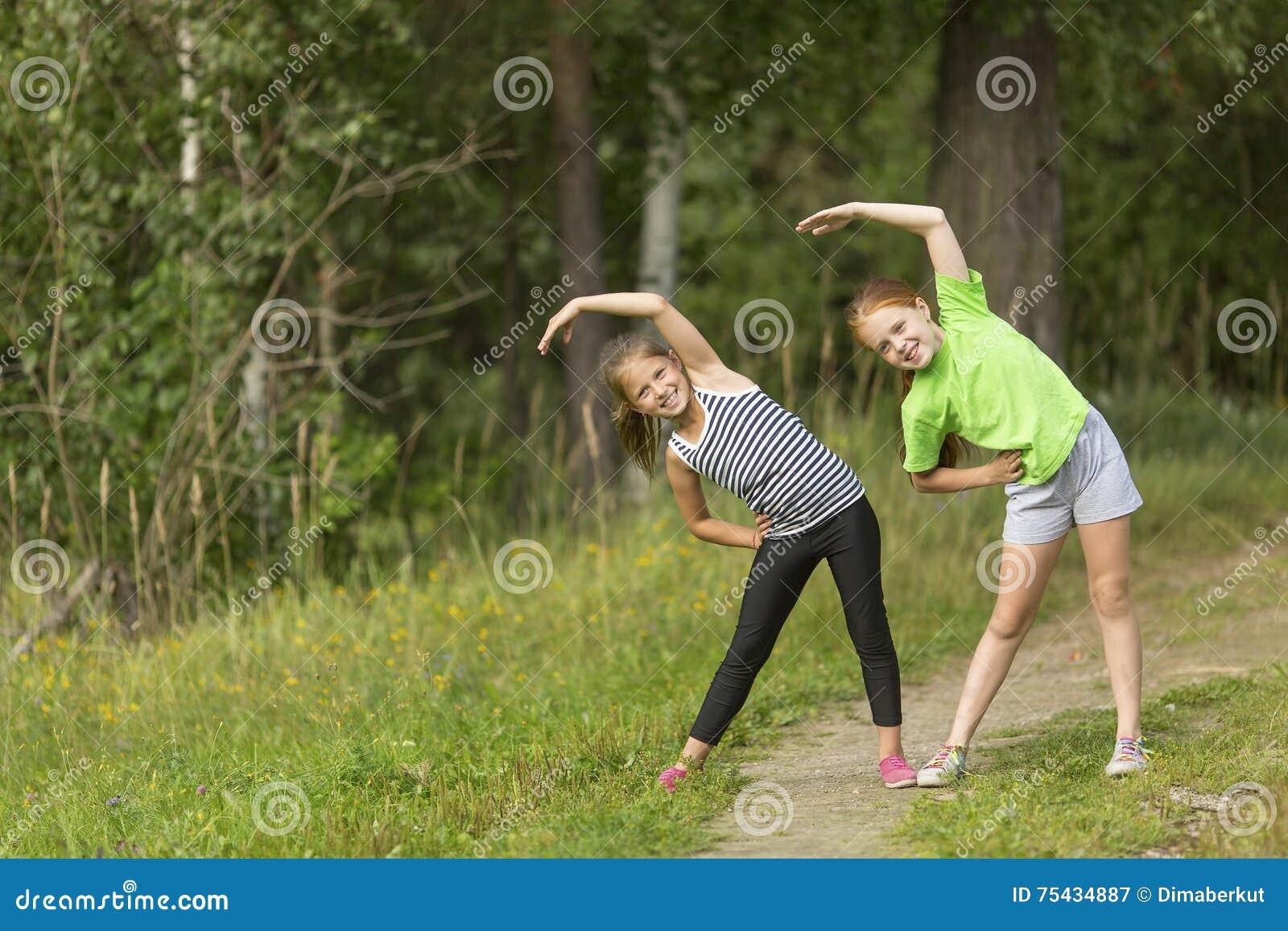 Deux petites filles mignonnes réchauffant dehors