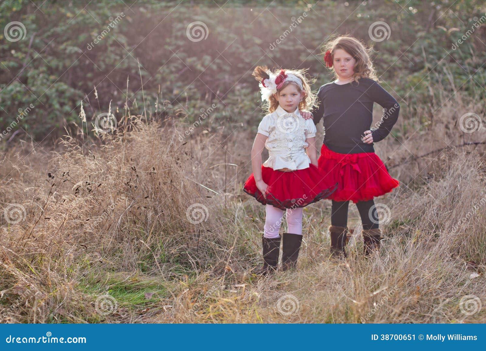 Deux Petites Filles Posant Dans La Campagne Image Stock Image Du Cheveu Rester 38700651