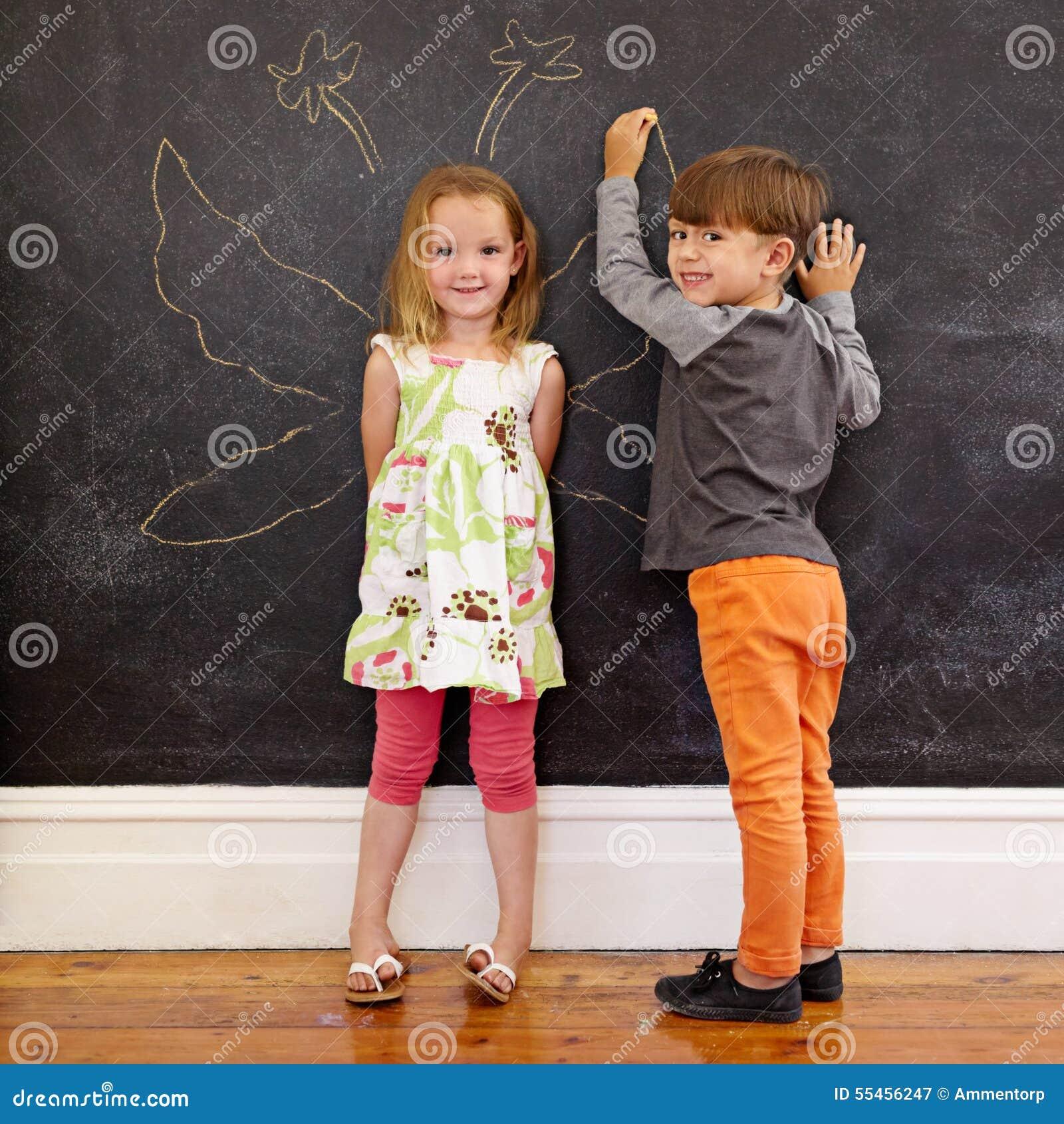 Deux petits enfants devant le tableau noir avec des ailes for Tableau aile d ange
