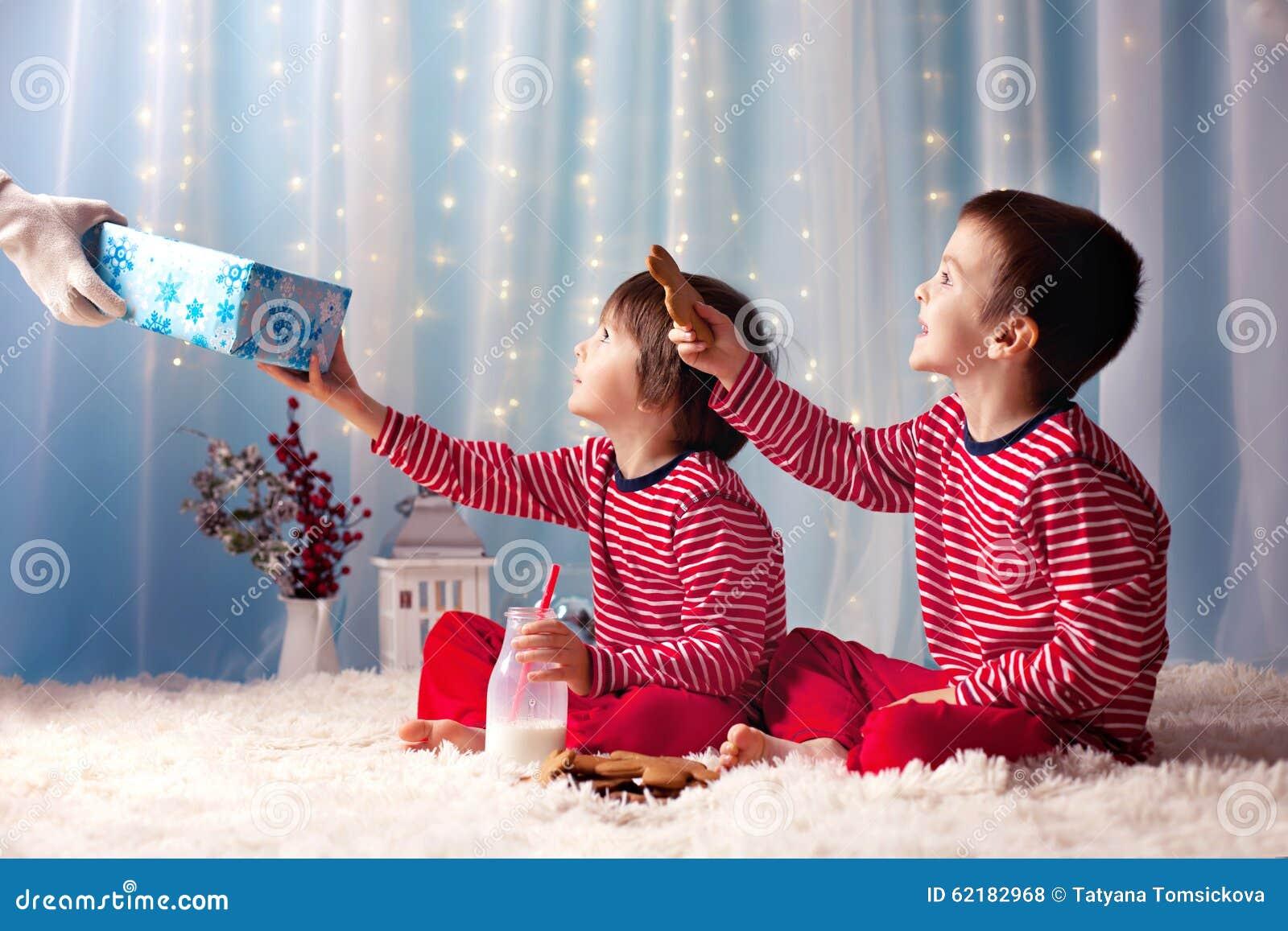 2f7c515d9c5aa Deux Petits Garçons Dans Des Pyjamas