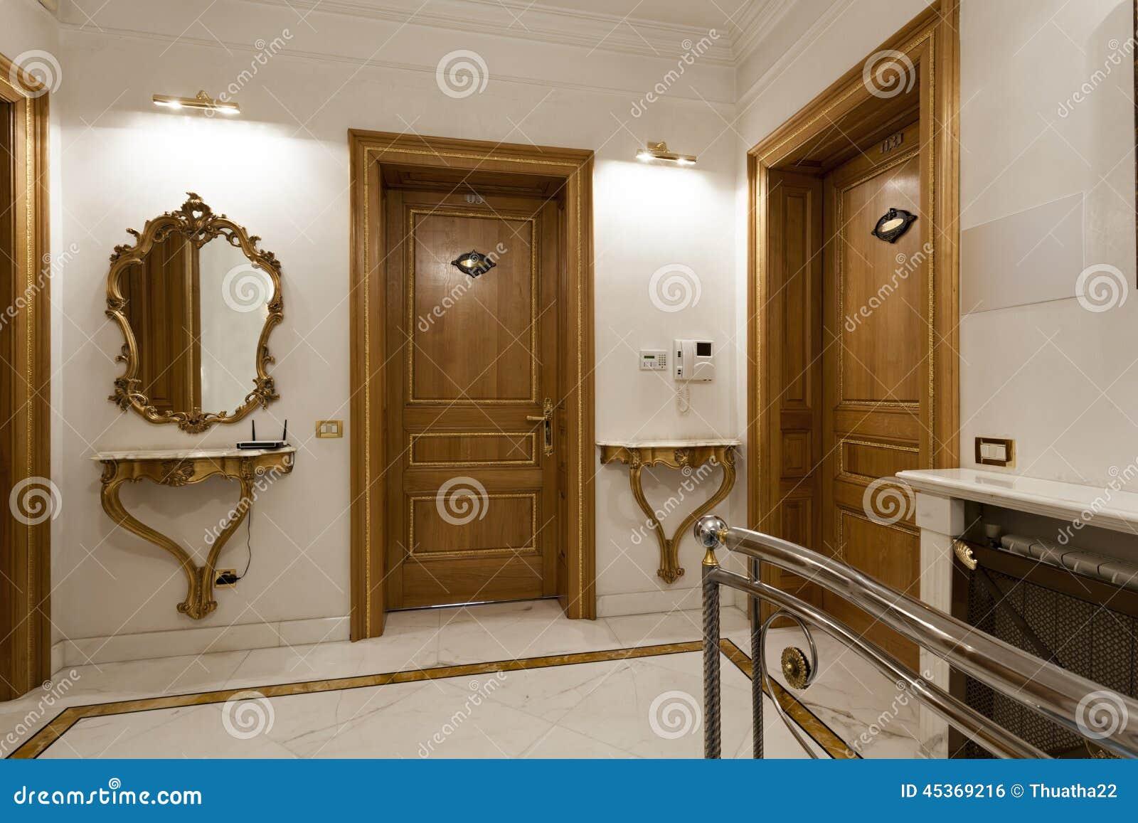Deux portes en bois dans le couloir d hôtel