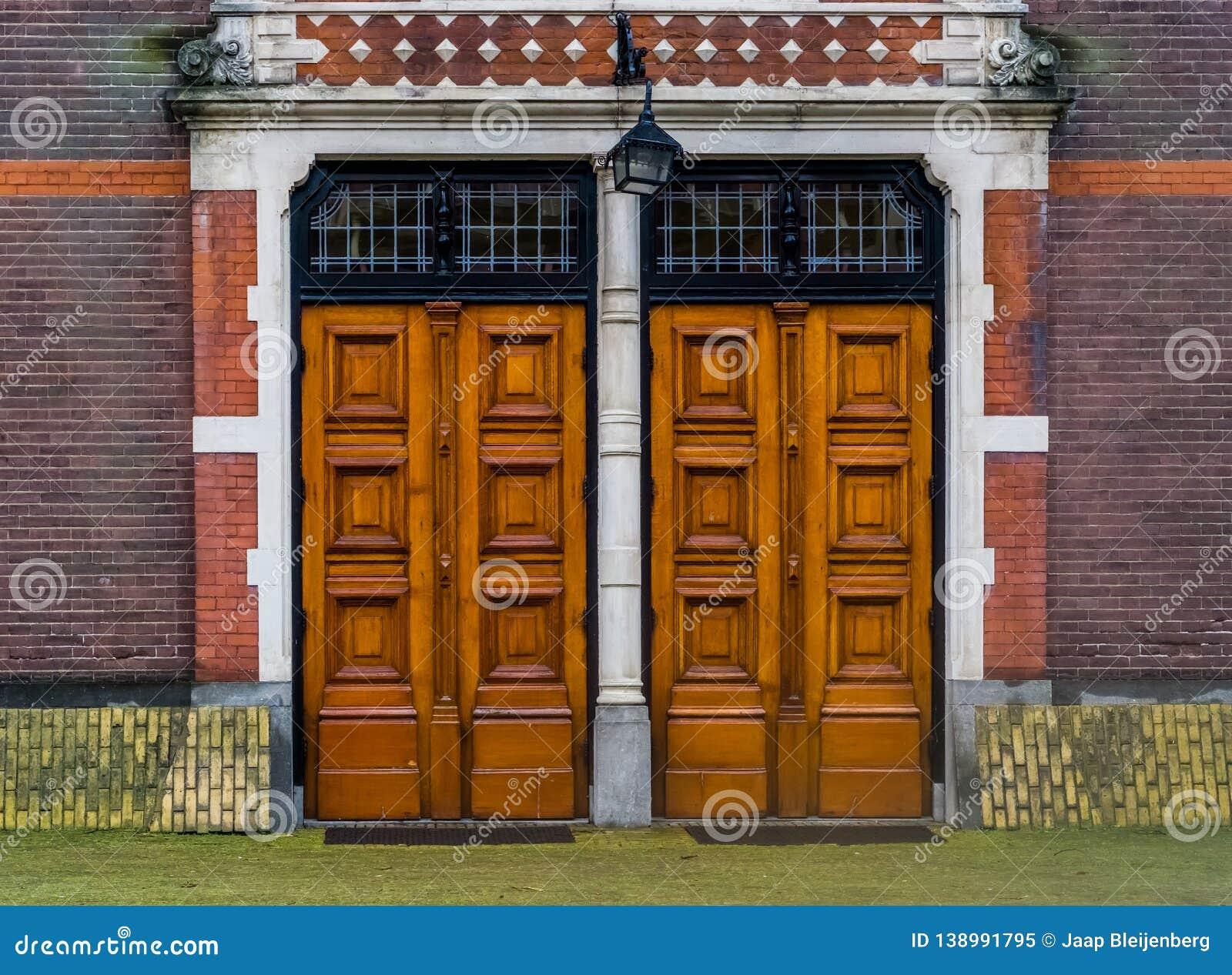 Porte D Entrée Moderne deux portes en bois massives avec une lanterne, architecture