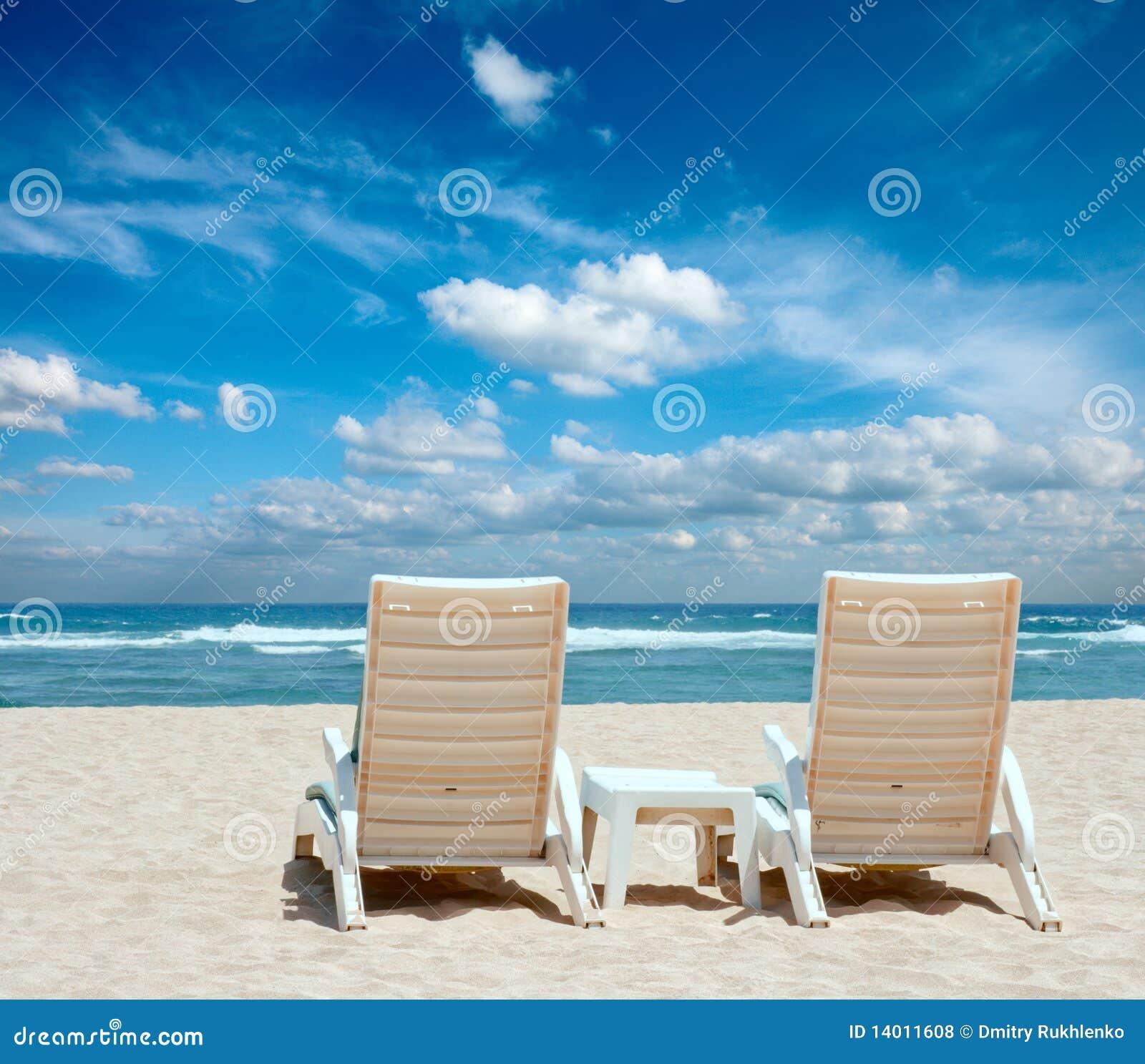 Deux présidences de plage du soleil sur la plage