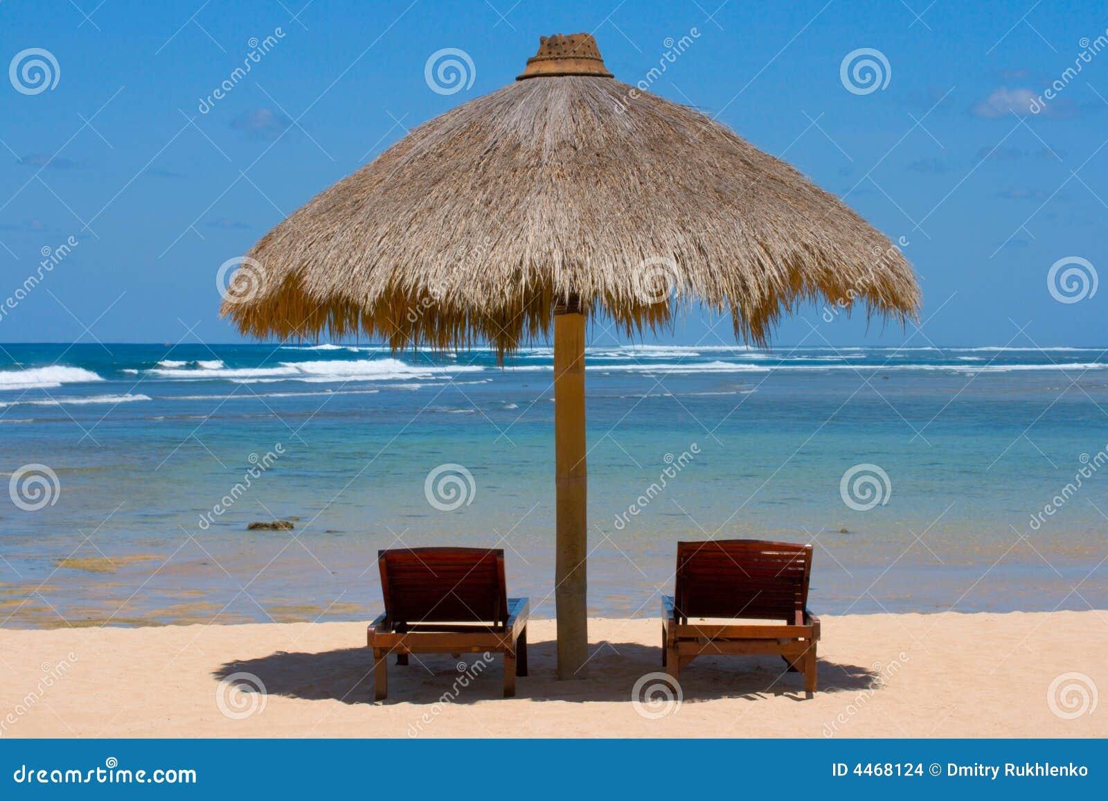 Deux présidences de salon sous la tente sur la plage