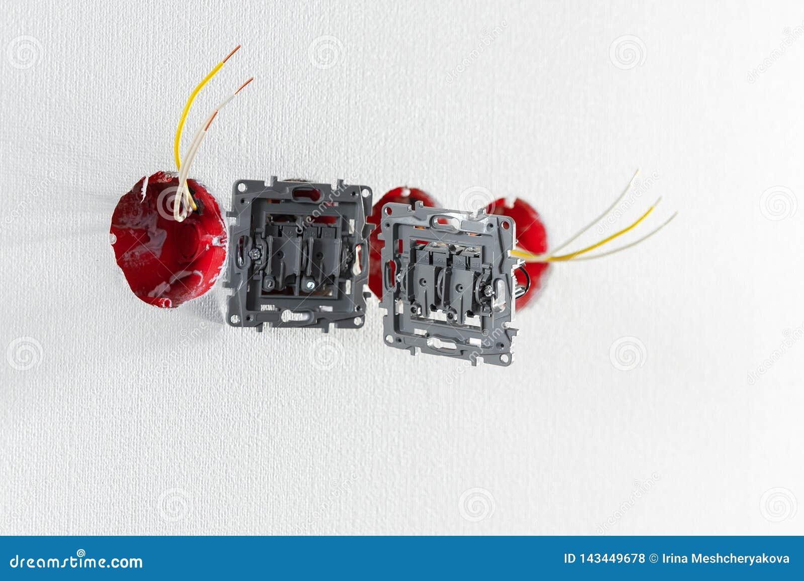 Deux prises pendant l installation sans couverture Pendant la réparation fils ouverts Prise européenne sans couverture sur le fon
