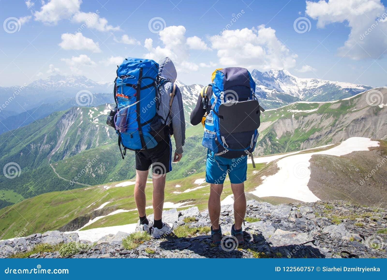 Le Ensoleillé Dos Randonneurs À Jour En Deux Montagnes Des Avec Sacs QrthCdsx