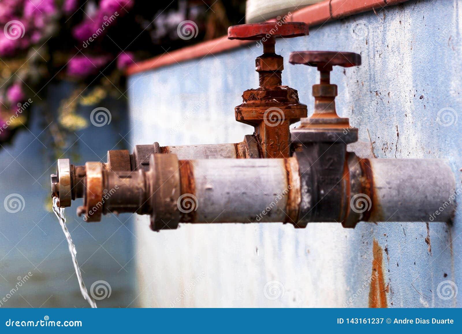 Deux robinets avec le fonctionnement de l eau