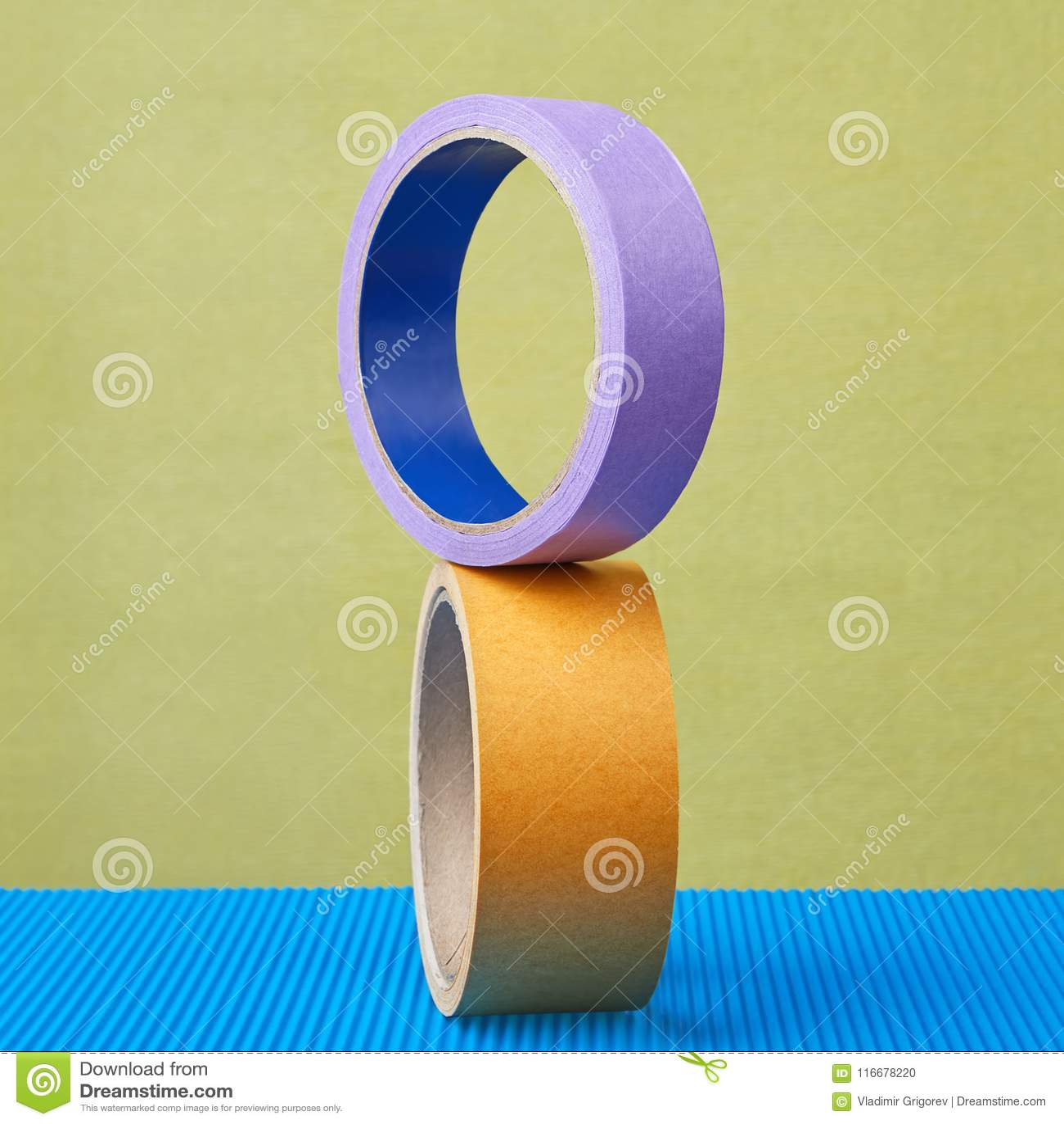 Deux rouleaux de bande collante colorent l équilibre sur le fond pourpre