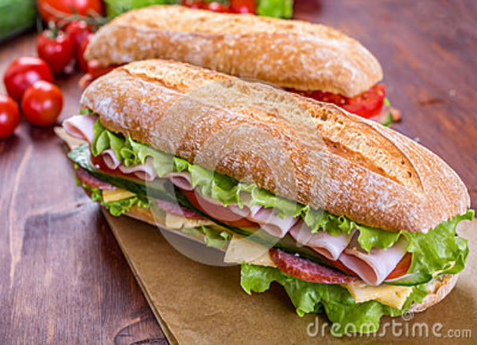 Deux sandwichs à ciabatta avec du jambon et la laitue