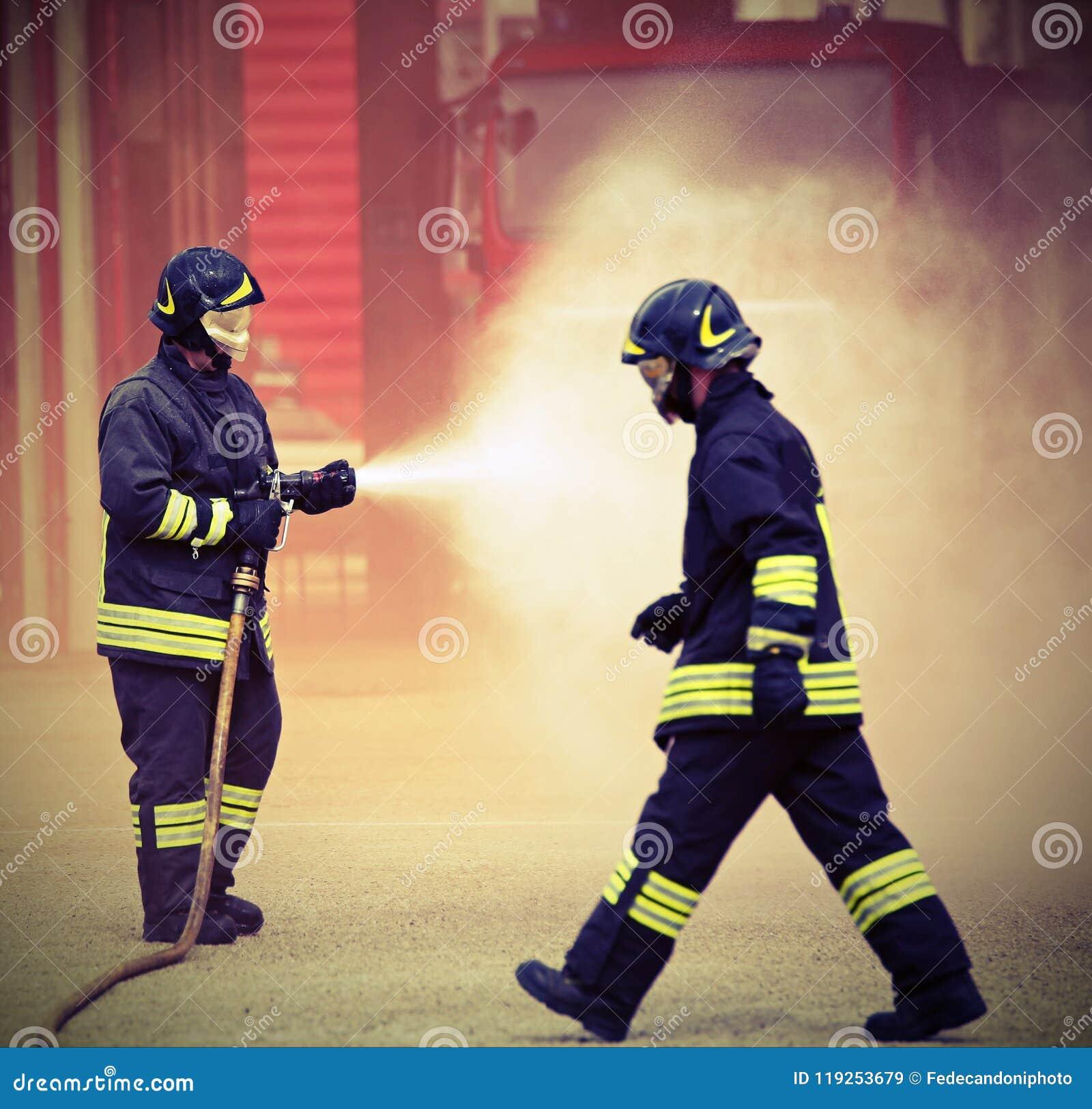 Deux sapeurs-pompiers pendant s éteindre d un feu utilisant les FO