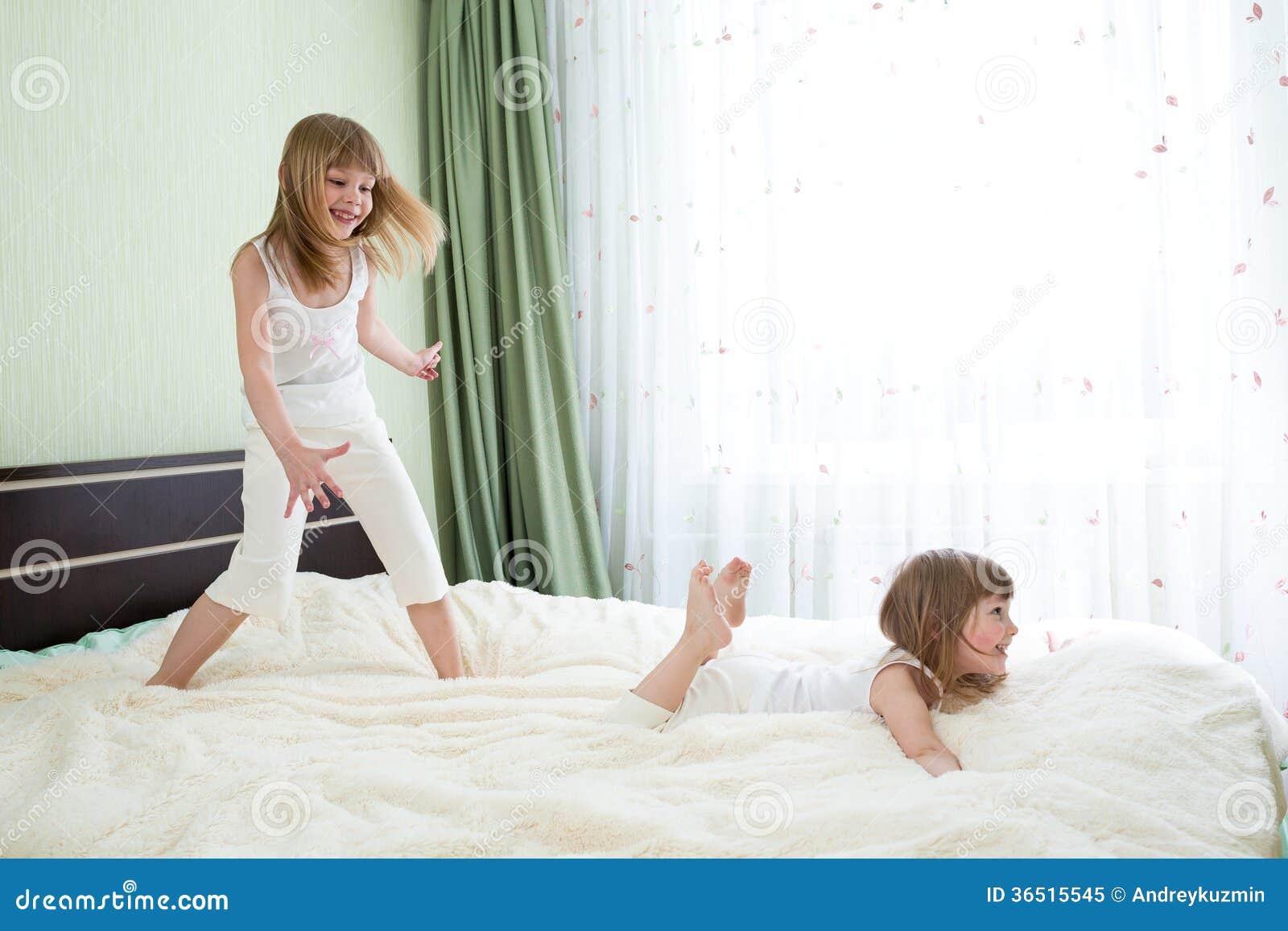 Deux soeurs jouant sur le lit