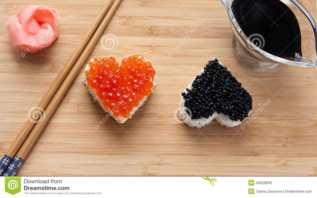 deux sushi en forme de coeur avec les oeufs de poisson et le beluga saumon s photo stock image. Black Bedroom Furniture Sets. Home Design Ideas