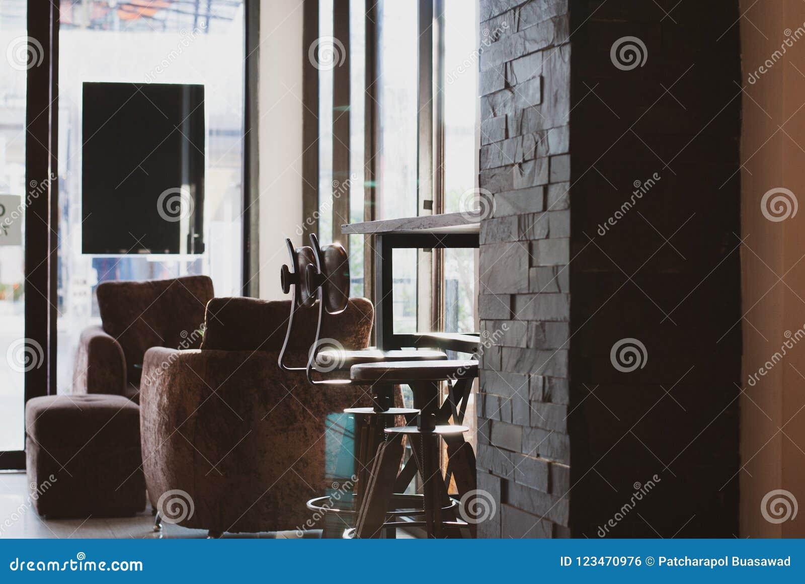Deux swirly chaises d arbitre placées sous la table en bois de longue barre dans le lat