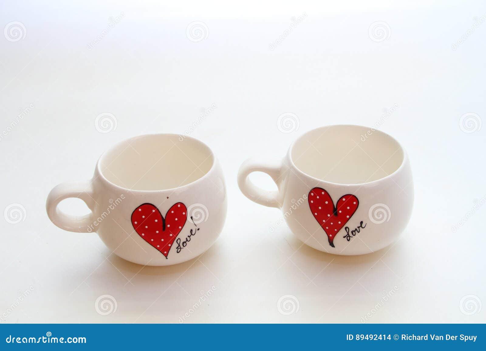 Deux tasses blanches avec le motif d amour